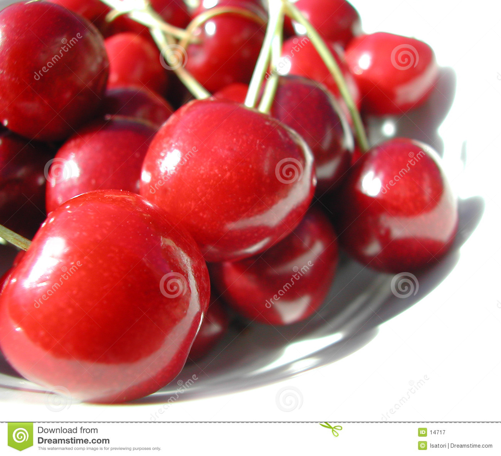 Cerezas rojas en una placa