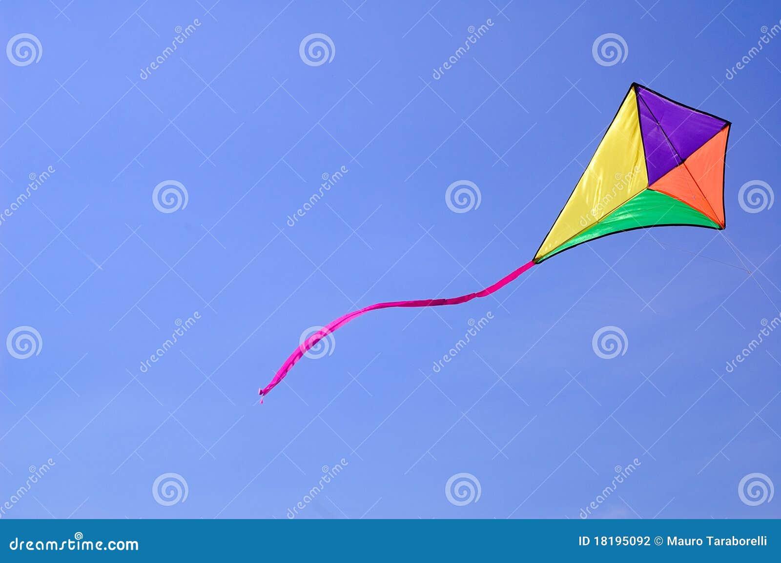 Cerf-volant contre le ciel bleu