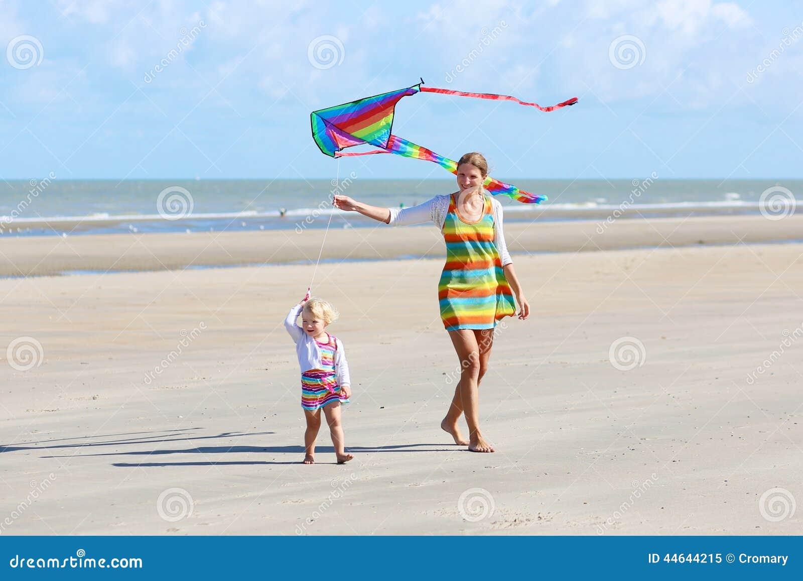 cerf volant de vol de m re et d 39 enfant sur la plage photo. Black Bedroom Furniture Sets. Home Design Ideas