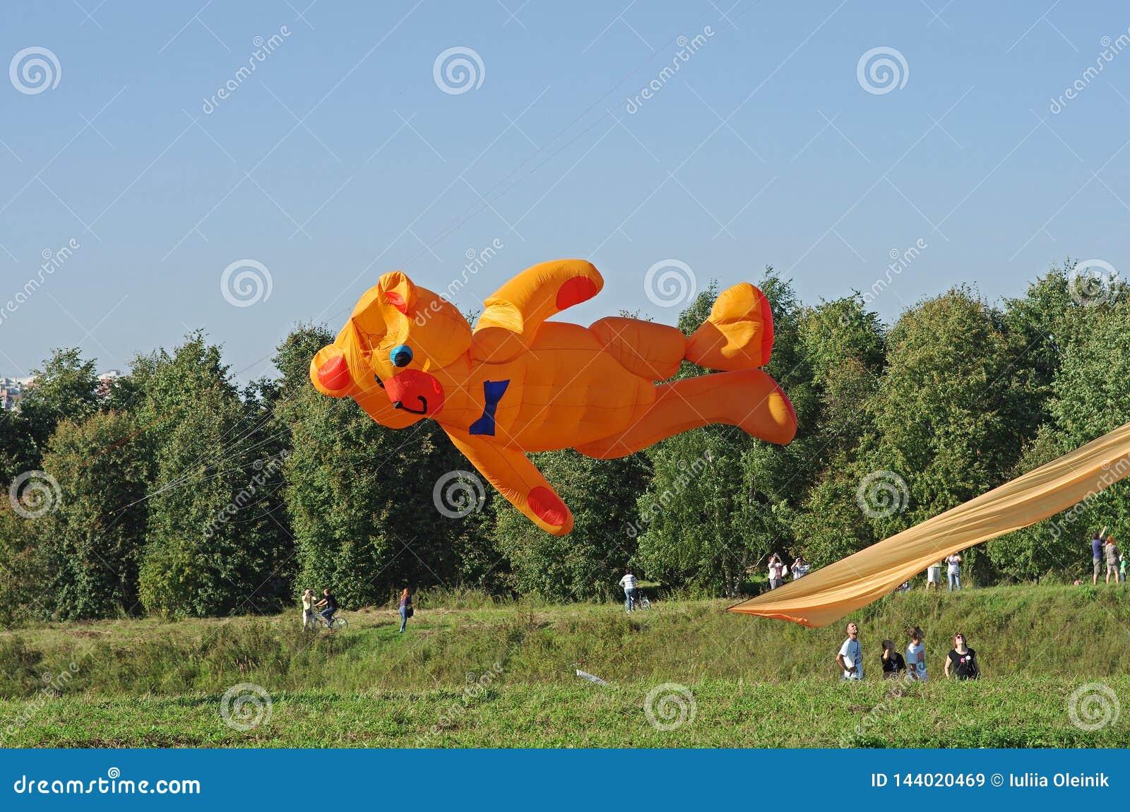 Cerf-volant orange énorme d ours au festival de cerf-volant en parc Tsaritsyno à Moscou