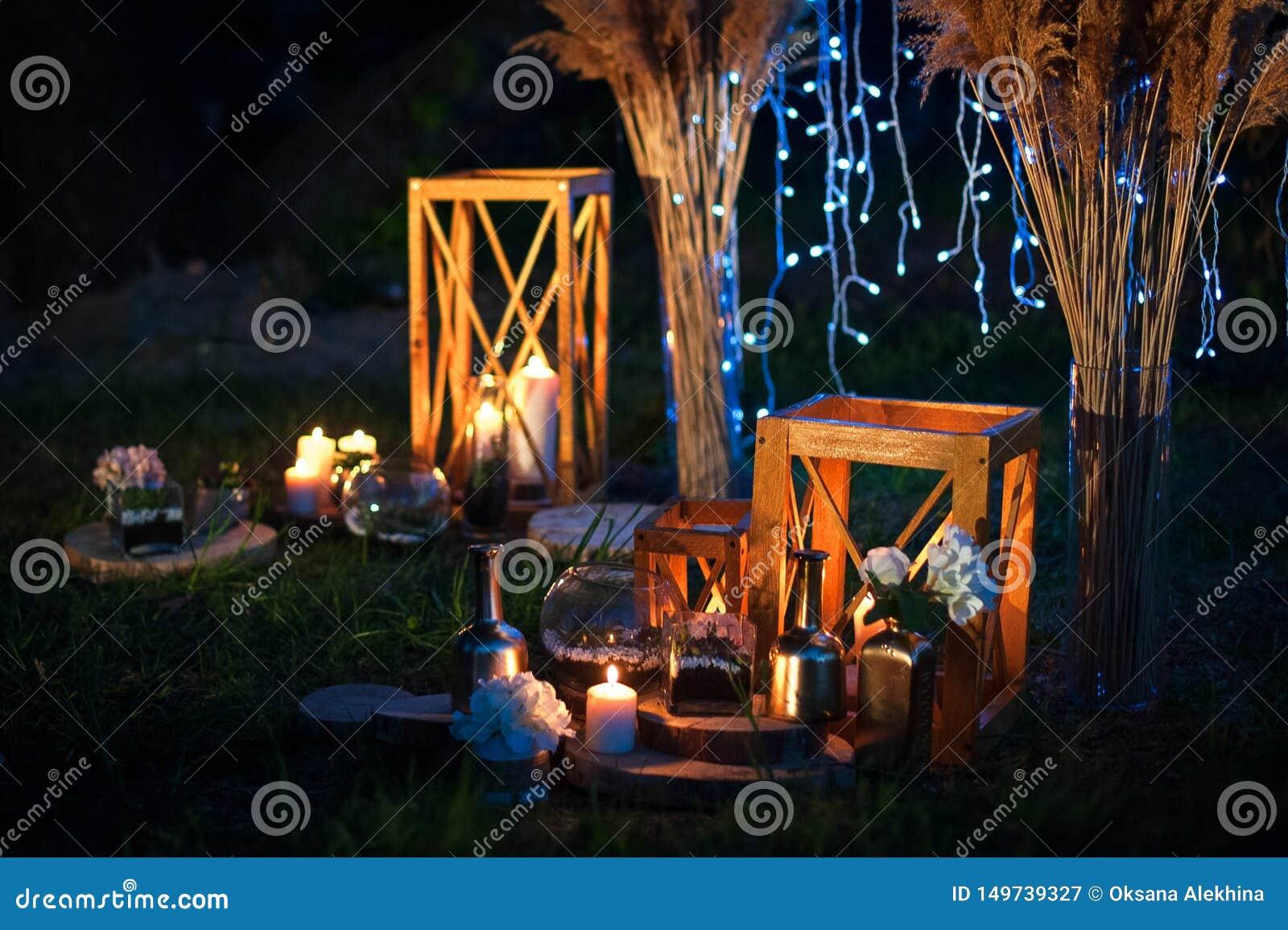 Cerimônia de casamento com muitas luzes, velas da noite, lanternas Decorações de brilho românticas bonitas no crepúsculo
