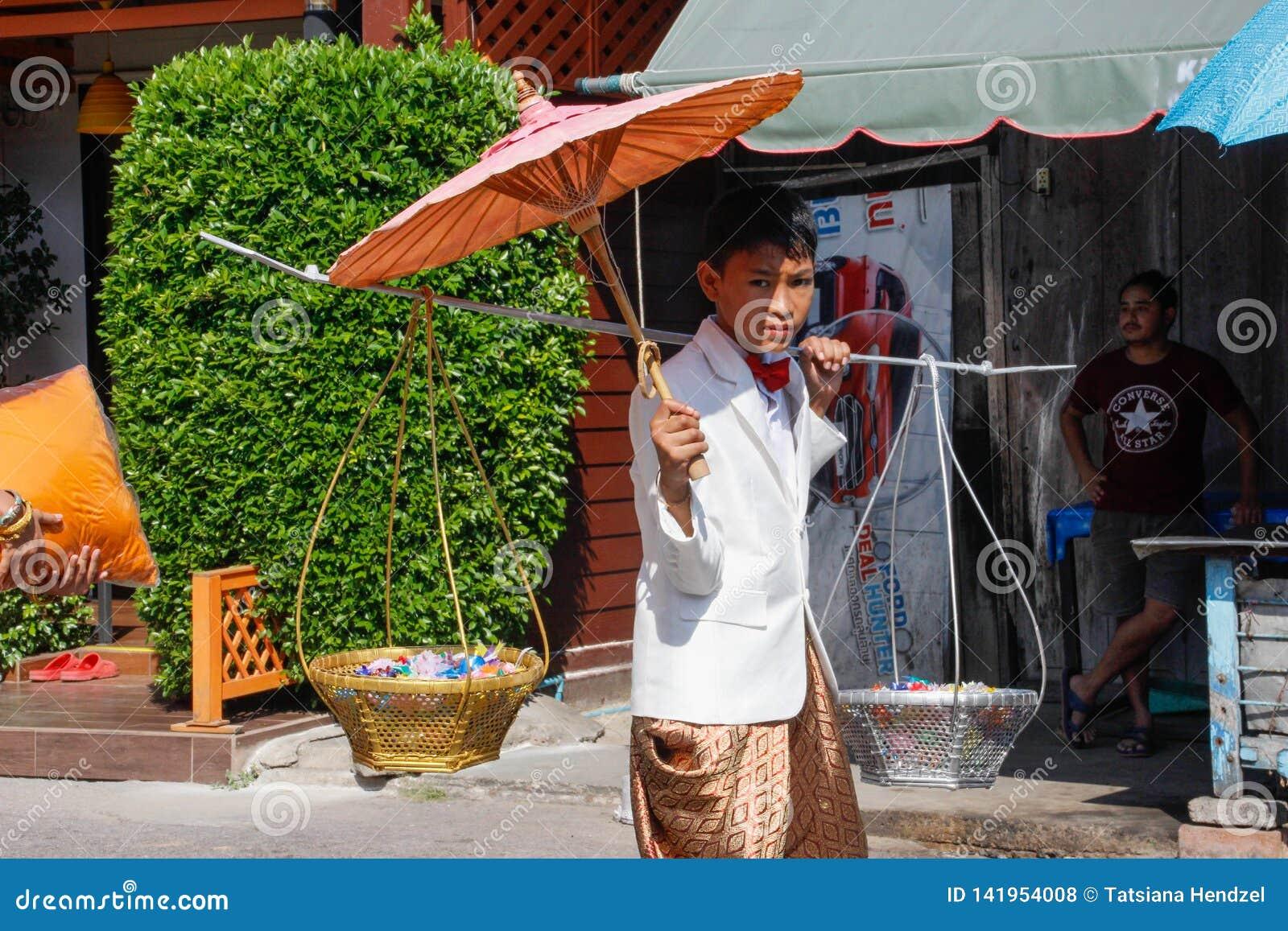 Cerimônia de casamento na rua Homem novo tailandês novo no vestido nacional