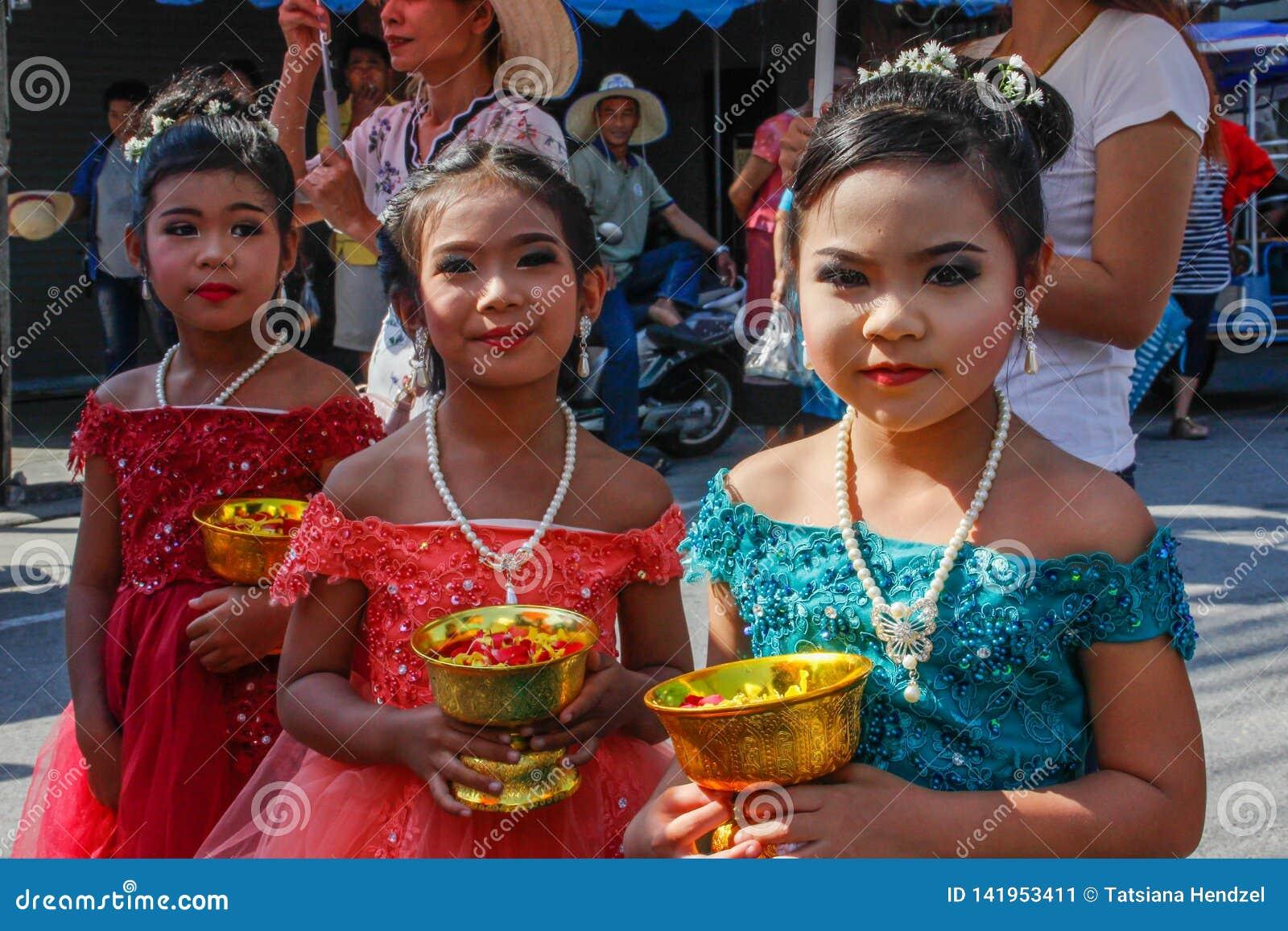 Cerimônia de casamento na rua Três meninas tailandesas pequenas com composição e em vestidos elegantes para guardar flores