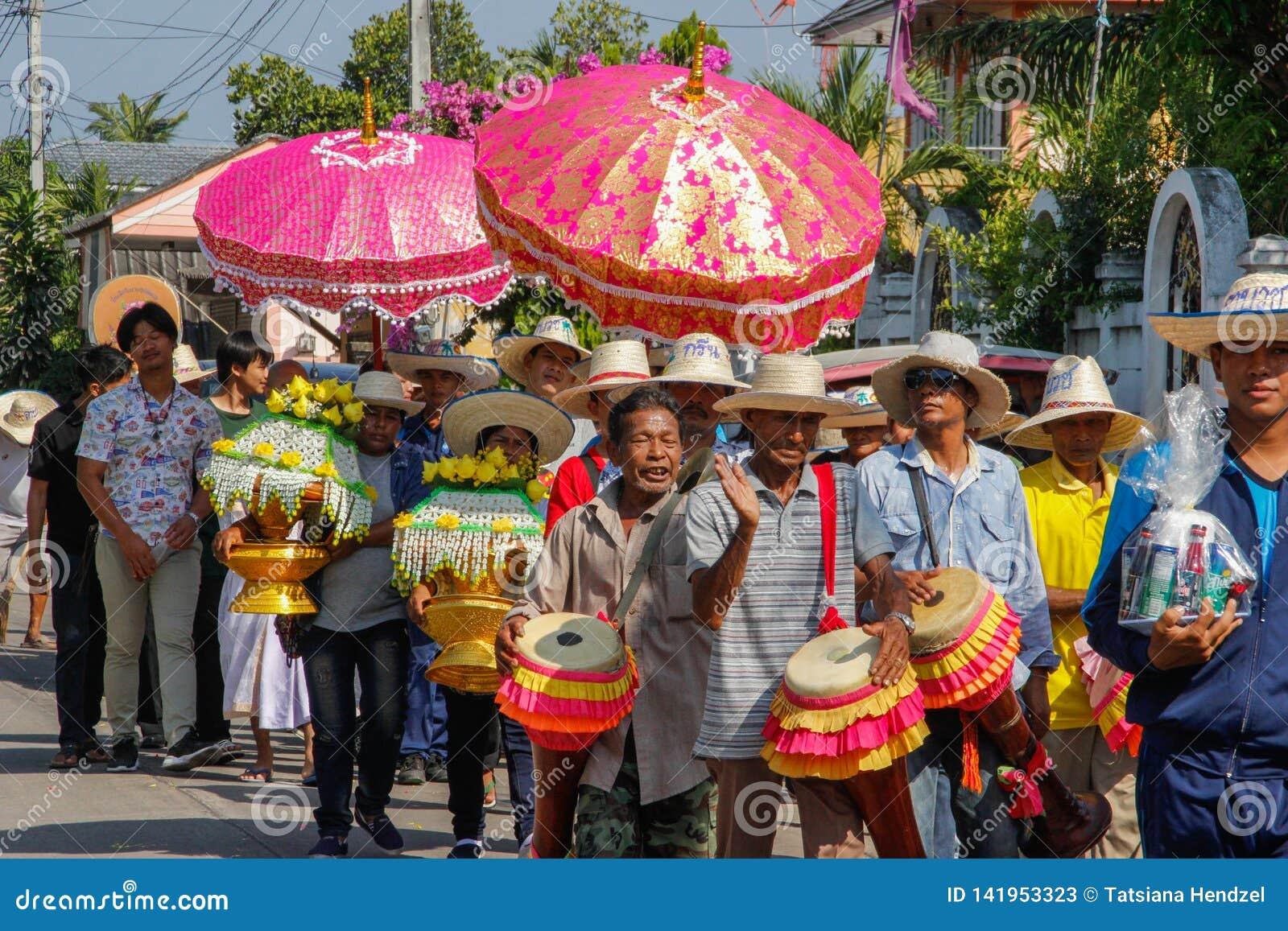 Cerimônia de casamento na rua Um grupo de povos alegres que jogam cilindros e que levam flores