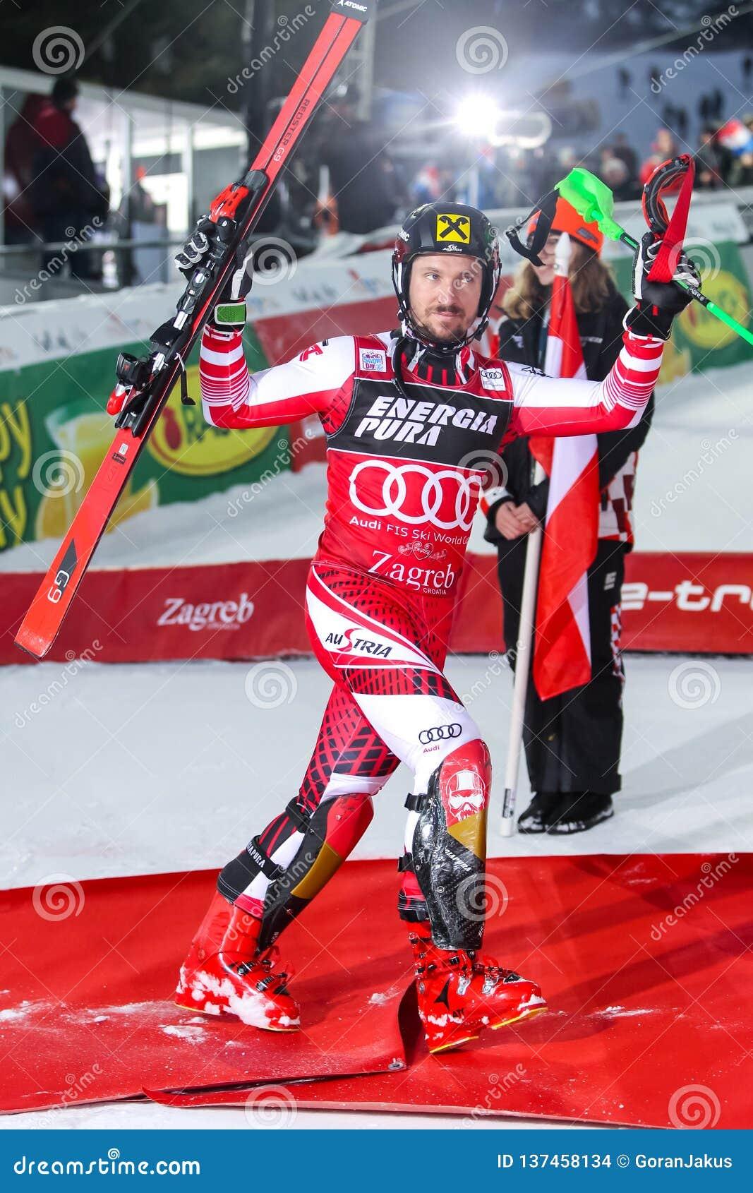 Cerimônia de entrega dos prêmios do slalom dos homens do troféu 2019 da rainha da neve