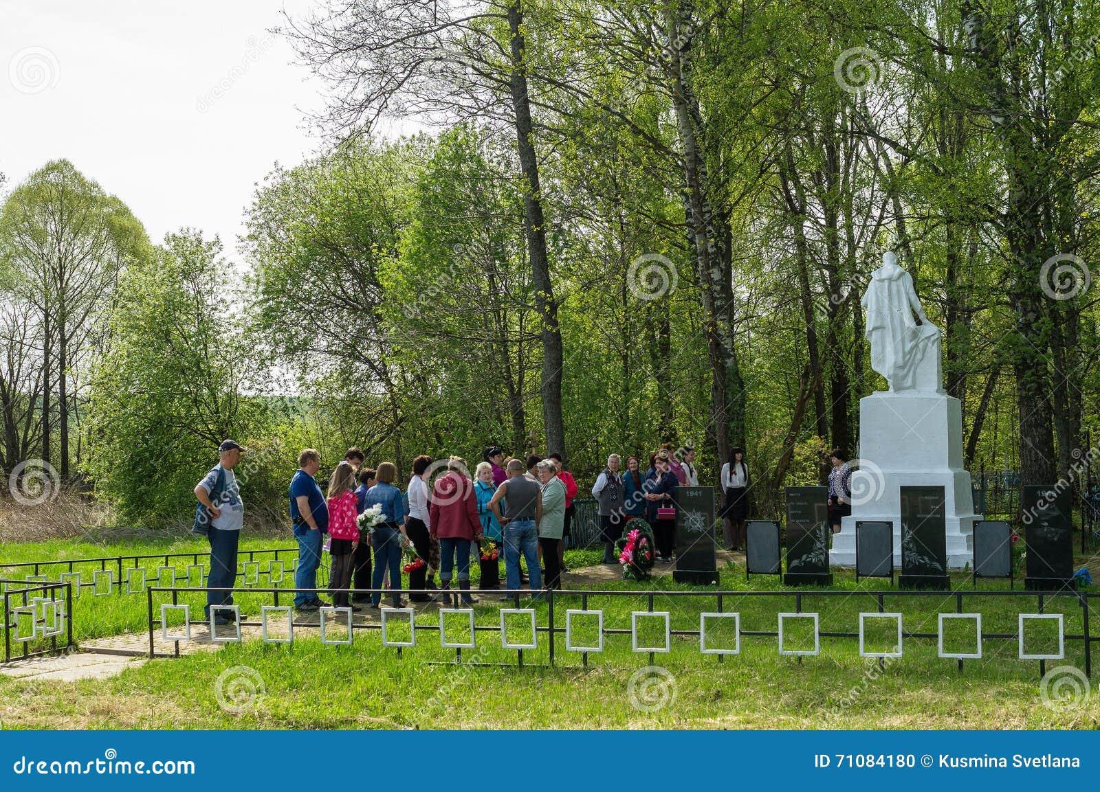 A cerimônia na sepultura maciça na vila da região de Kaluga (Rússia) em 8 pode 2016