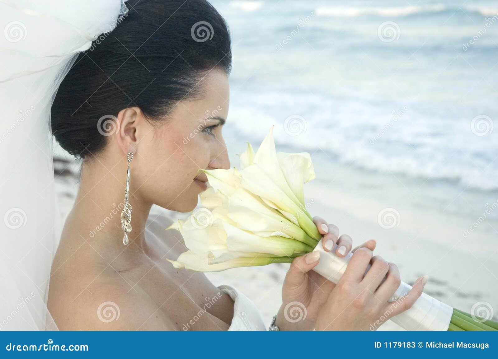 Cerimonia nuziale di spiaggia caraibica - sposa con il mazzo