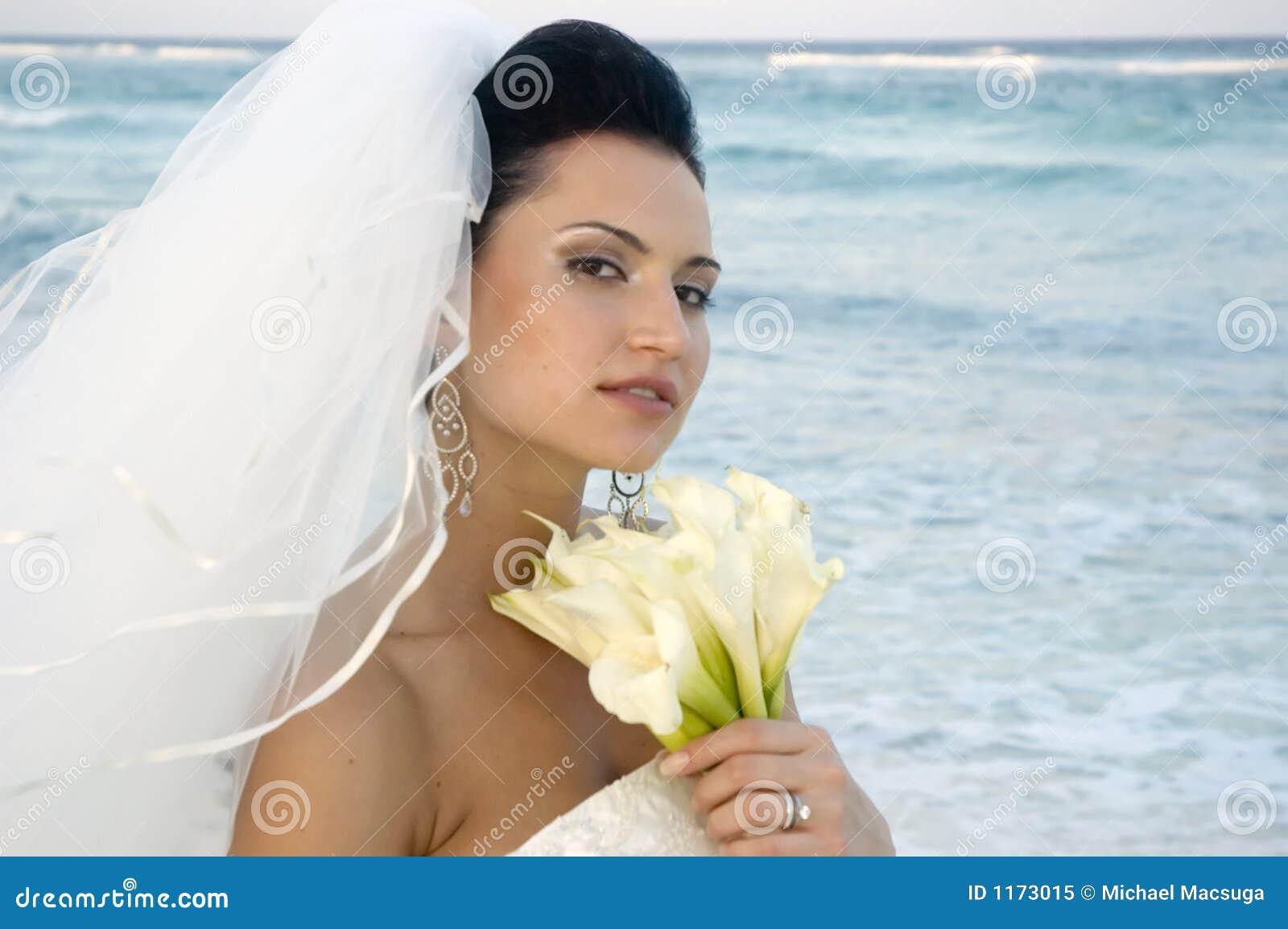 Cerimonia nuziale di spiaggia caraibica - sposa con il mazzo (fuoco molle)