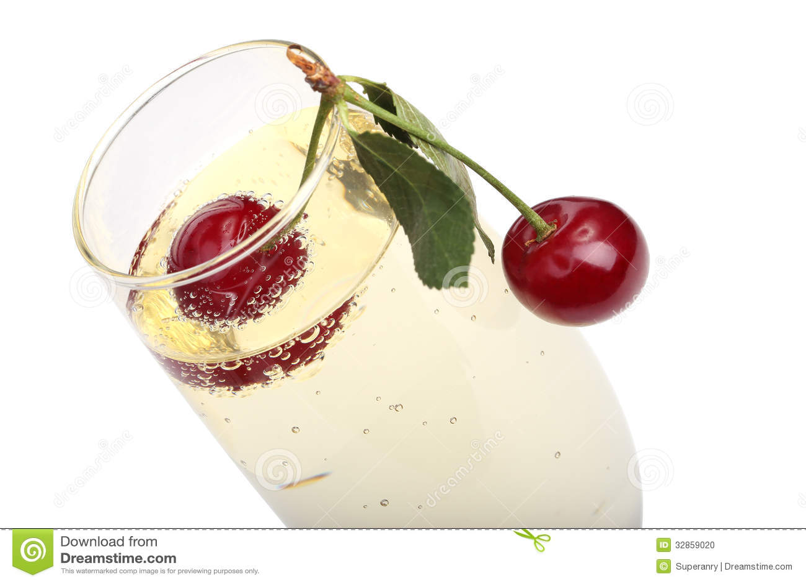 Cerises dans un verre avec le champagne photo stock - Vers dans les cerises ...