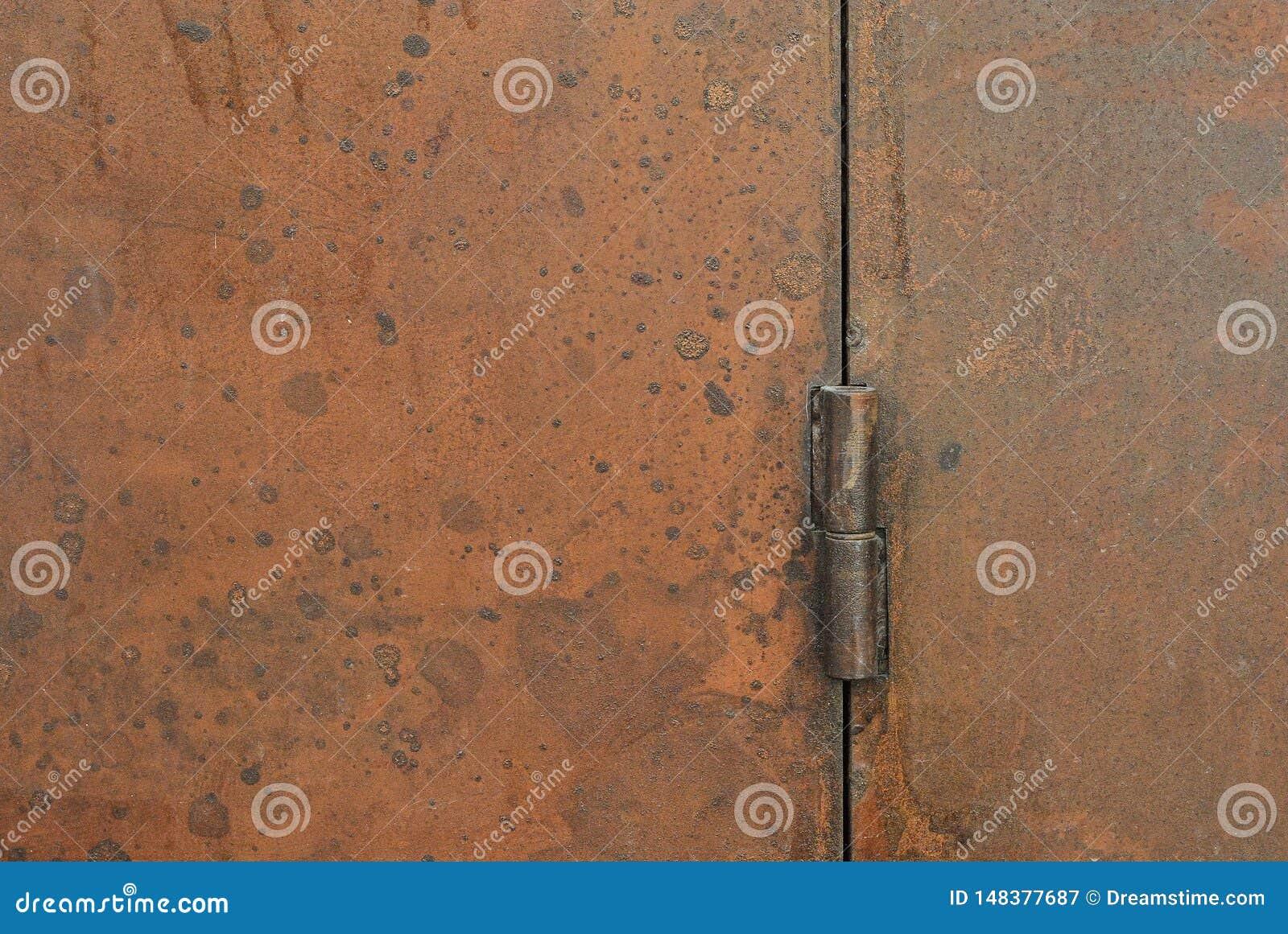 Cerniera di porta arrugginita, decorazione esteriore e progettazione di massima industriale della costruzione