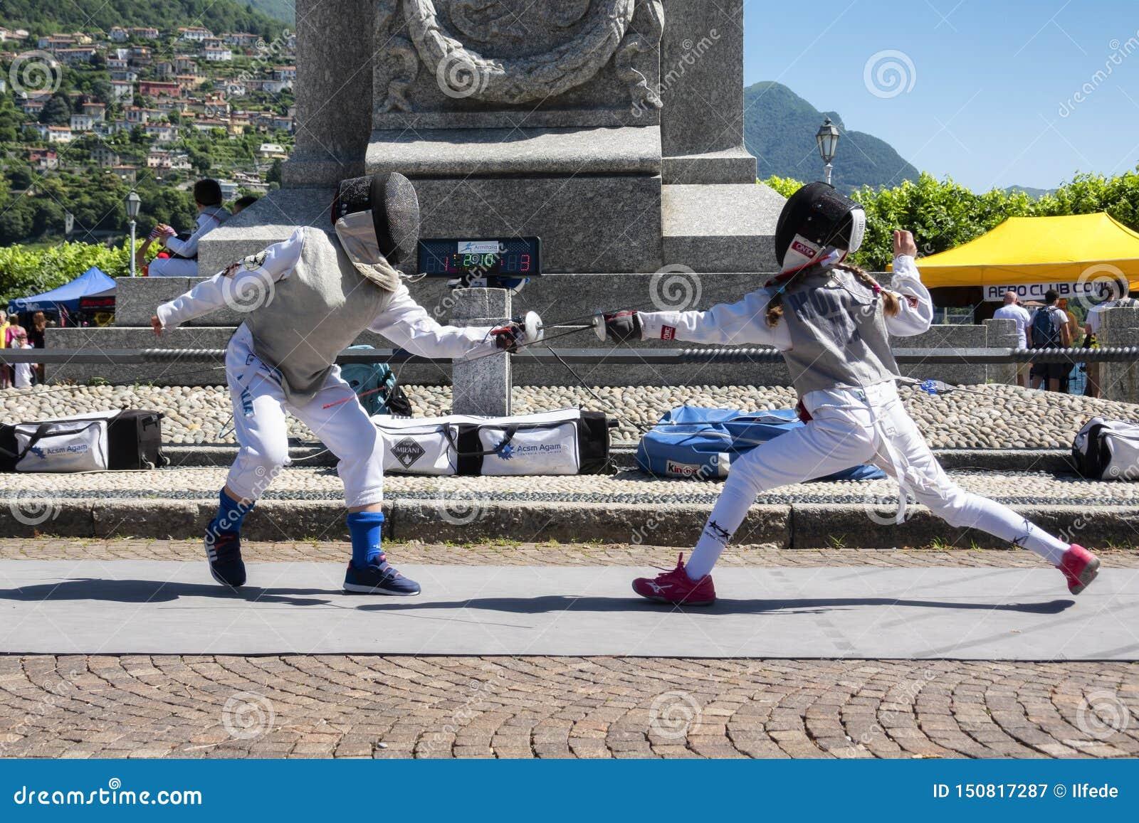CERNOBBIO, ITALIEN - 16. JUNI 2019: Kinderfechter, die mit Klinge fechten und üben