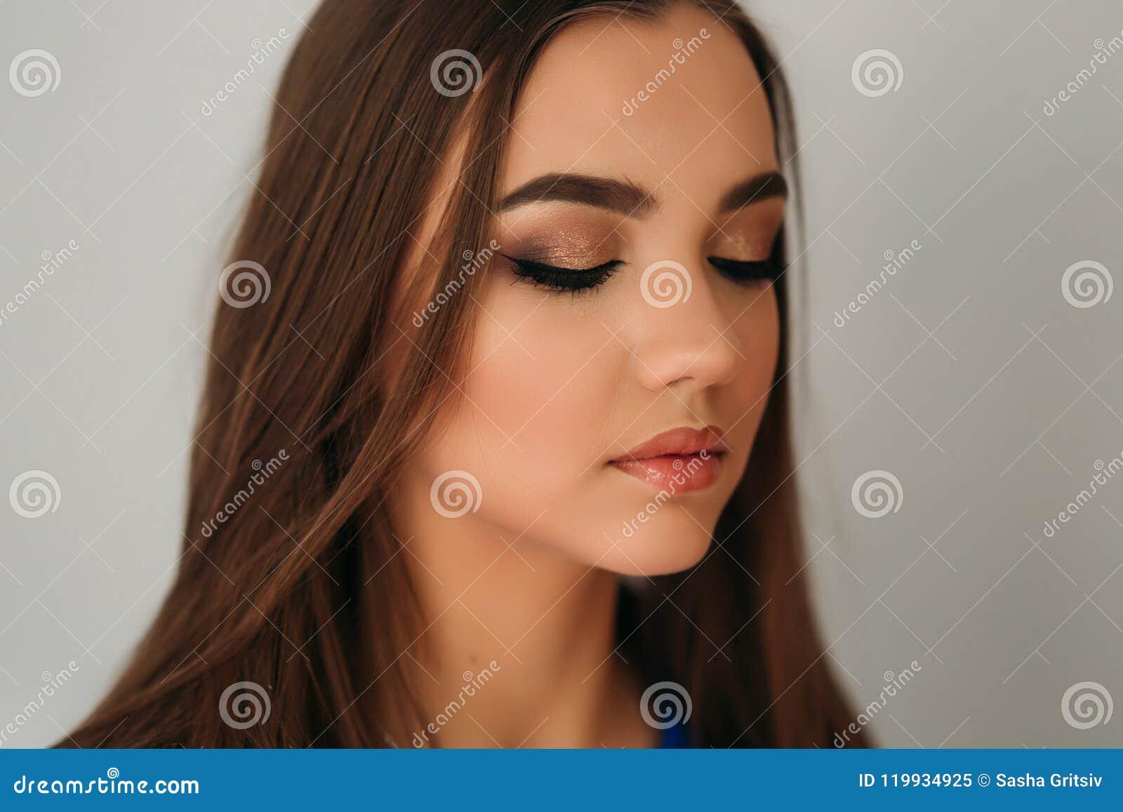 Cerrado modelo ella ojos para mostrarle maquillaje