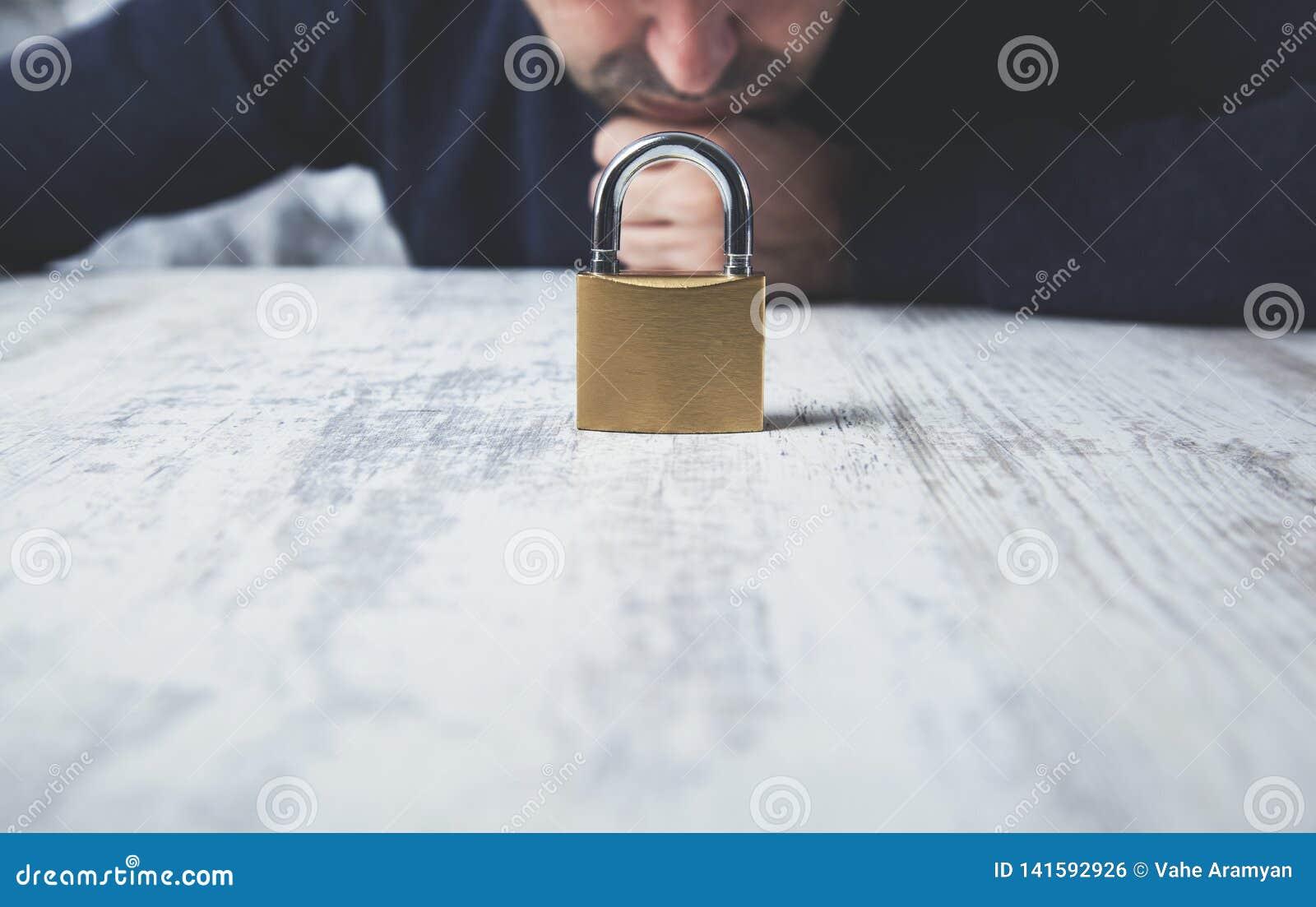 Cerradura de la mano del hombre en la tabla