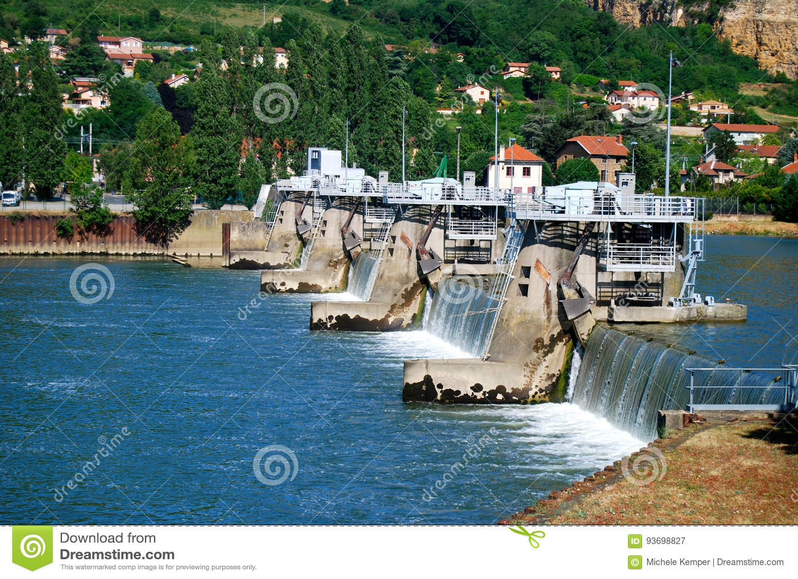 Cerraduras del río para los barcos en el río Rhone
