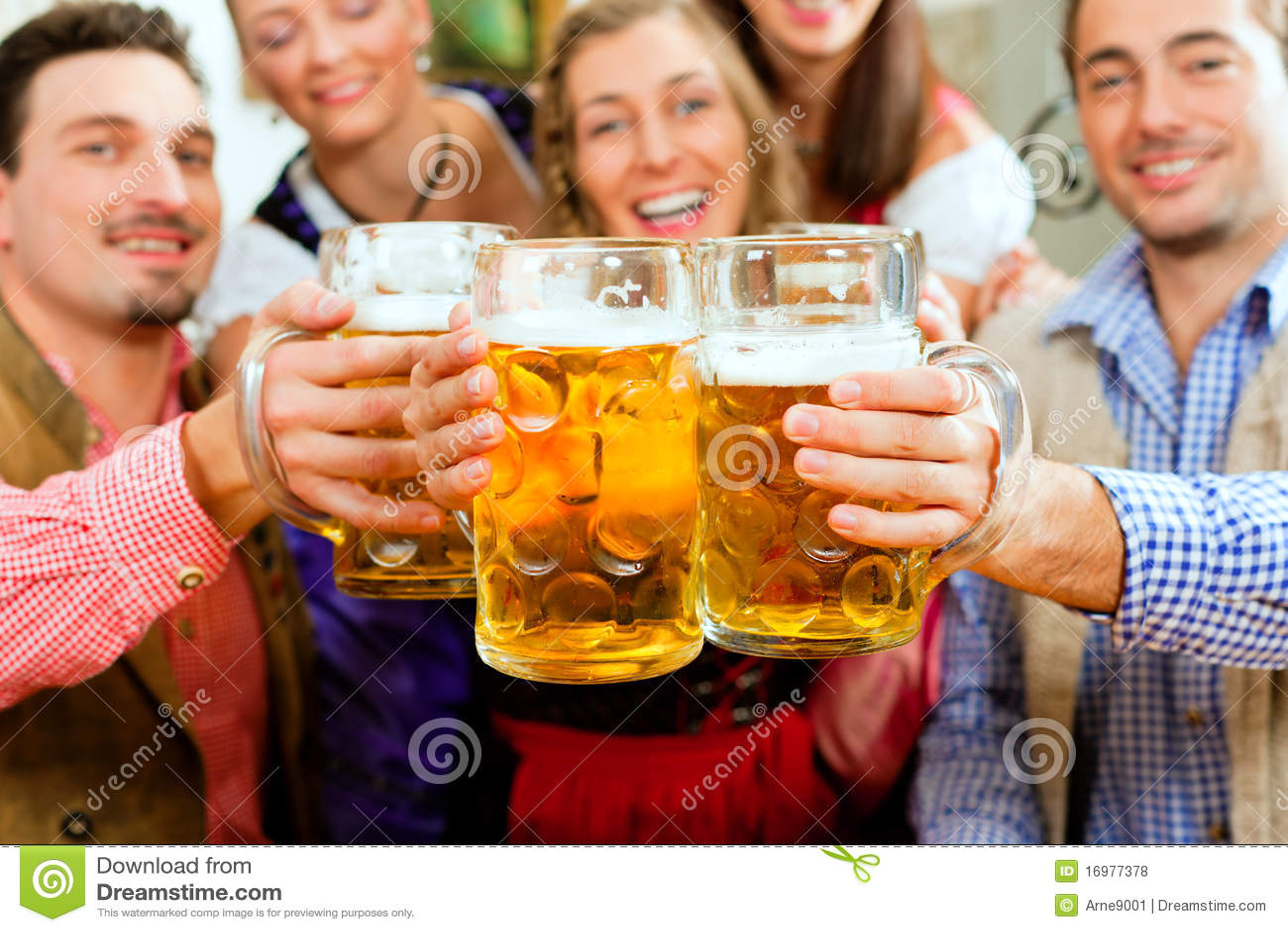 Cerveja bebendo dos povos no pub bávaro