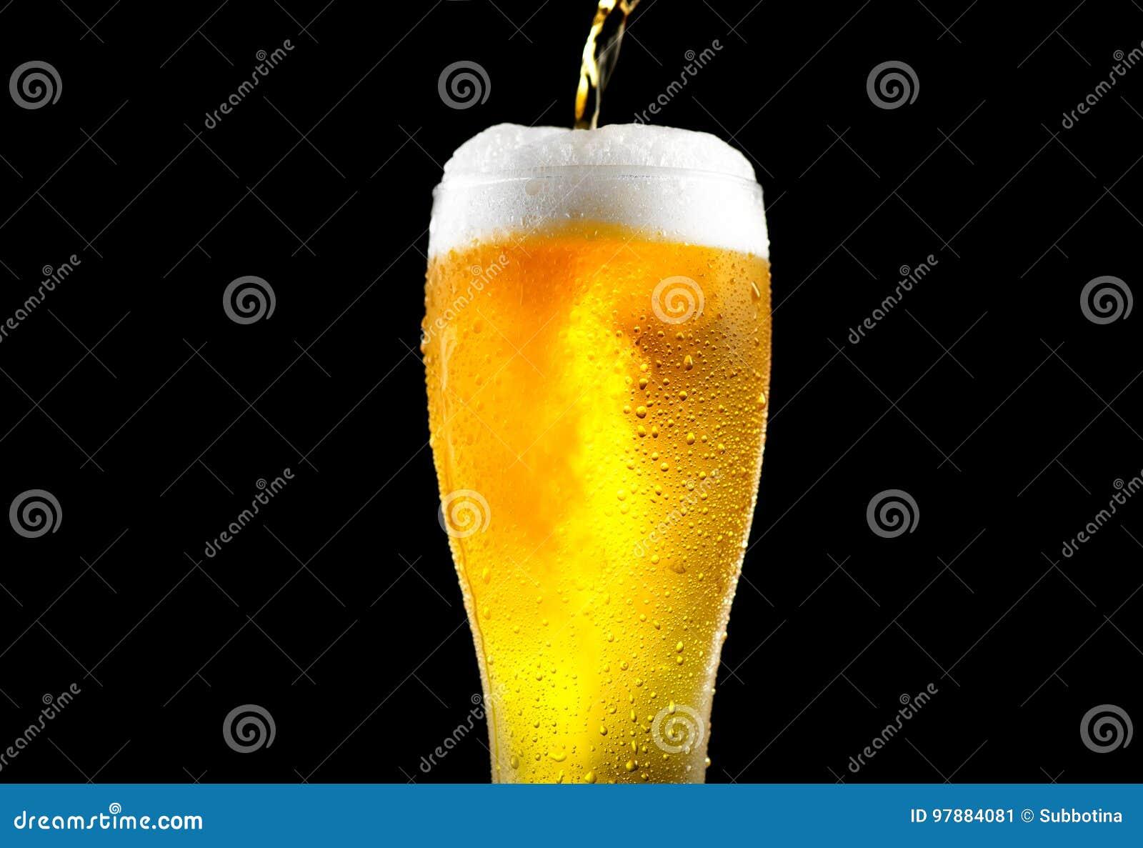 Cerveja Cerveja clara do ofício frio que derrama em um vidro
