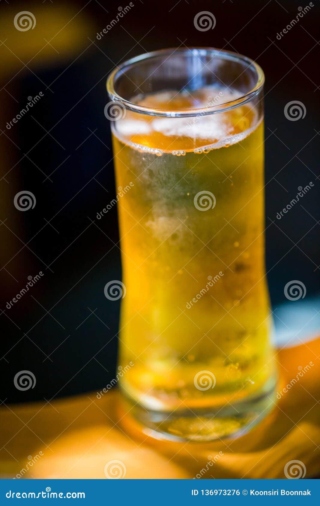 Cerveja Cerveja clara do ofício frio em um vidro com gotas da água