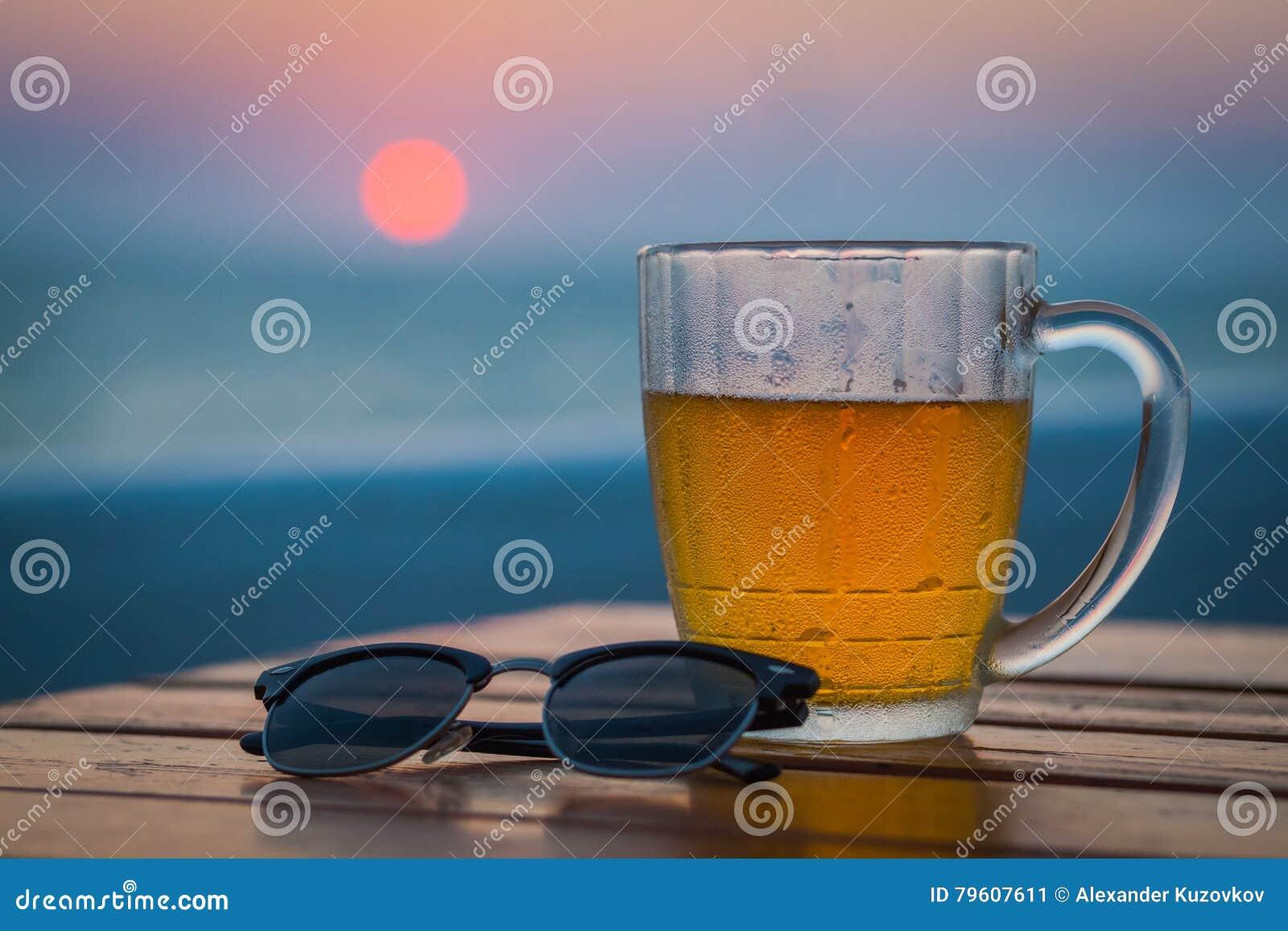 Cerveja clara em um círculo Sea