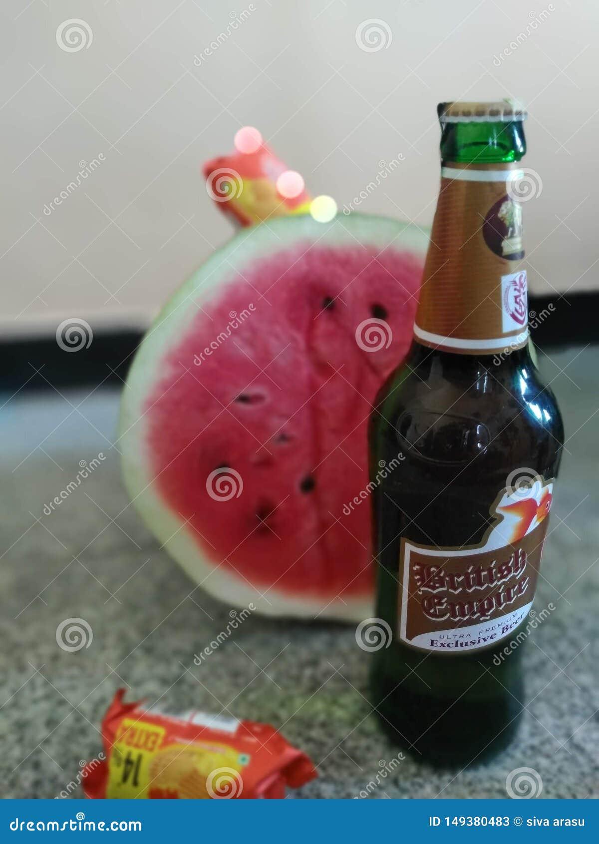 Cerveja com melancia e biscoitos