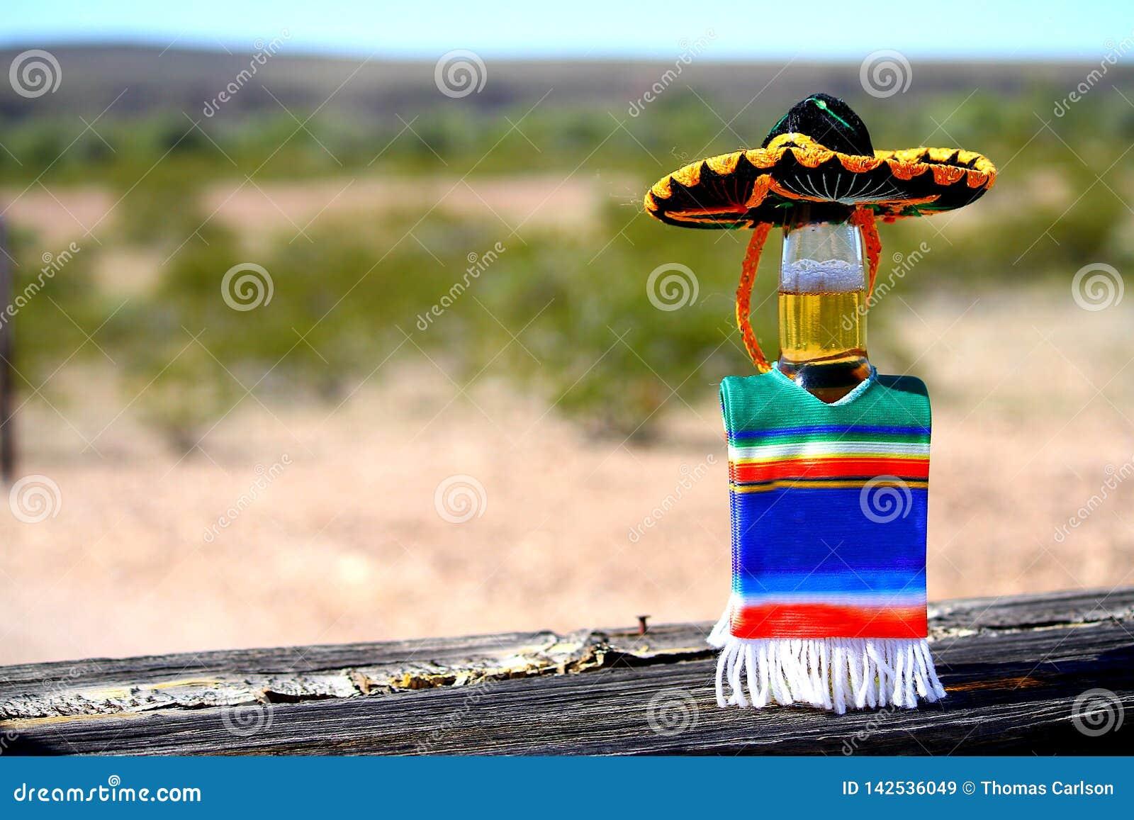 Cerveja de Cinco de Mayo com sombreiro e poncho