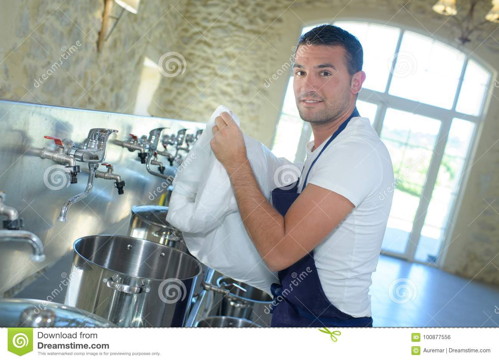 Cerveja de limpeza do tambor do trabalhador na cervejaria