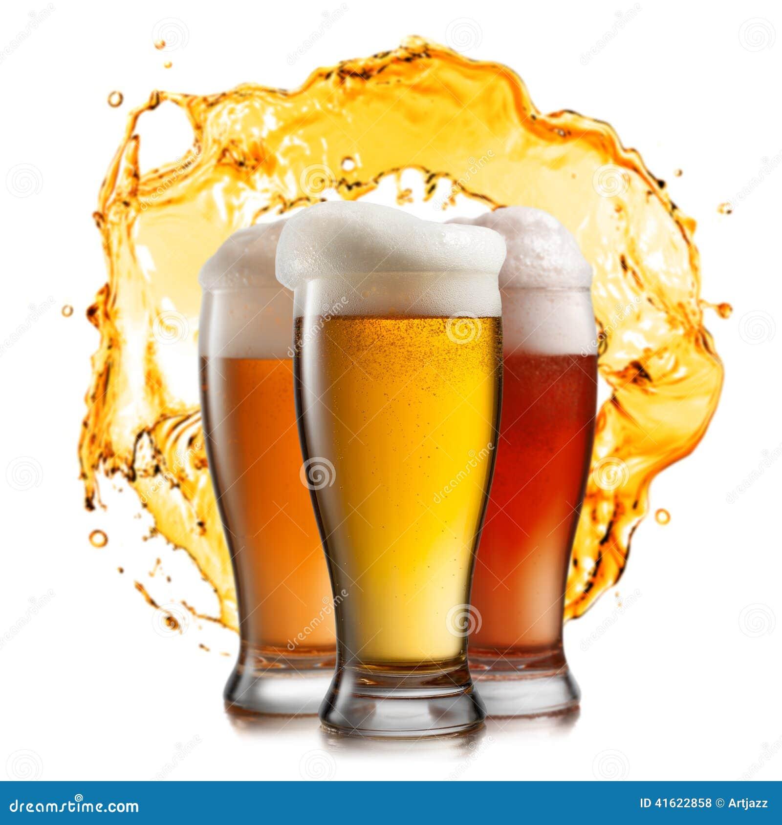 Cerveja diferente nos vidros com respingo