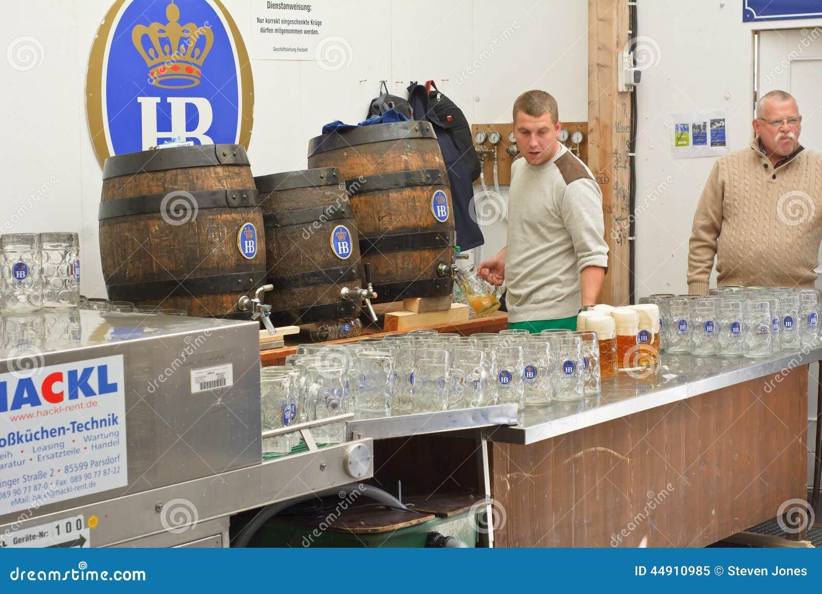 Cerveja do serviço na barraca de Hofbrau Octoberfest