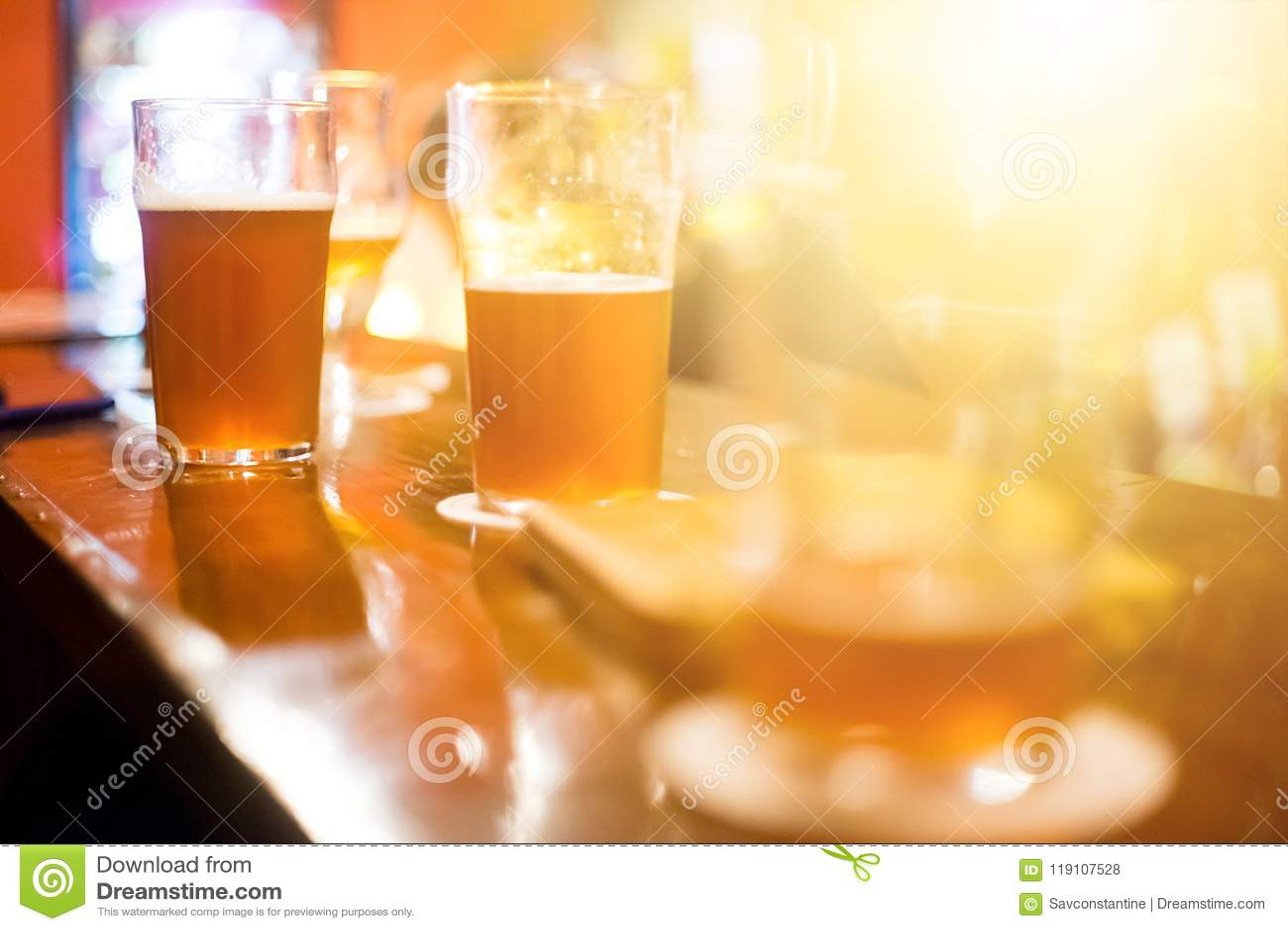 Cerveja escura do ofício na barra