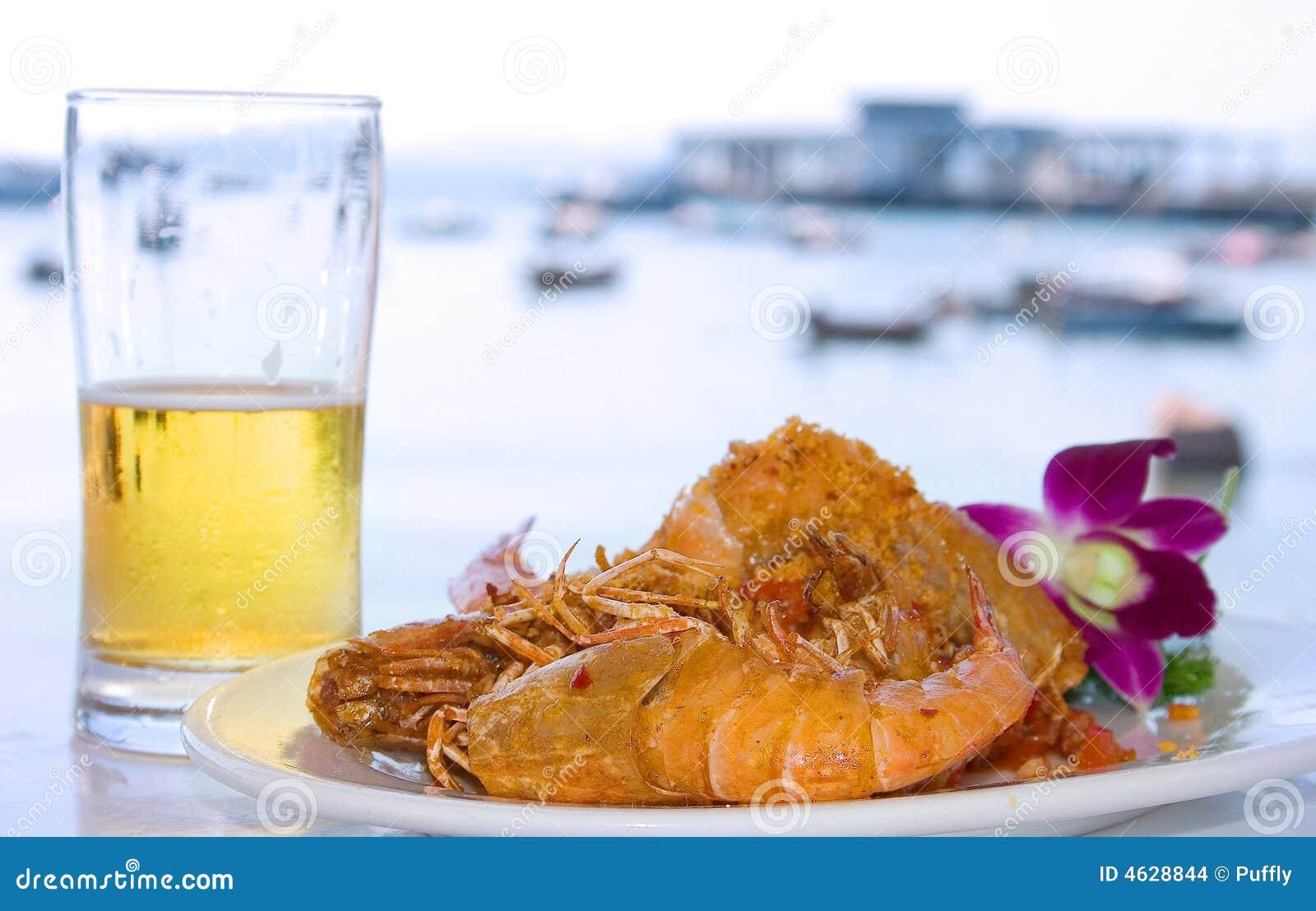 Cerveja, lagosta e mar