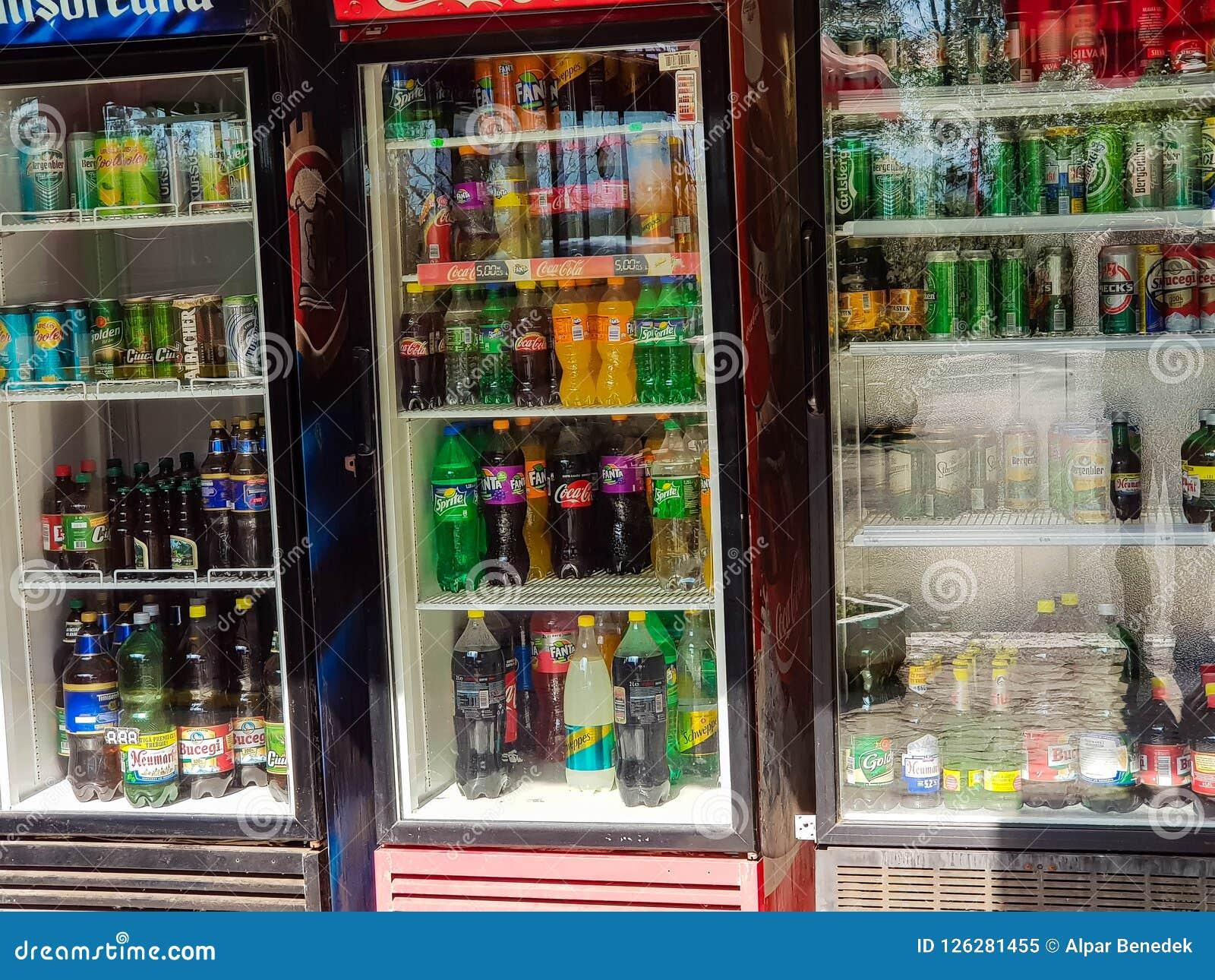 Cerveja, soda e água no refrigerador na frente do restaurante