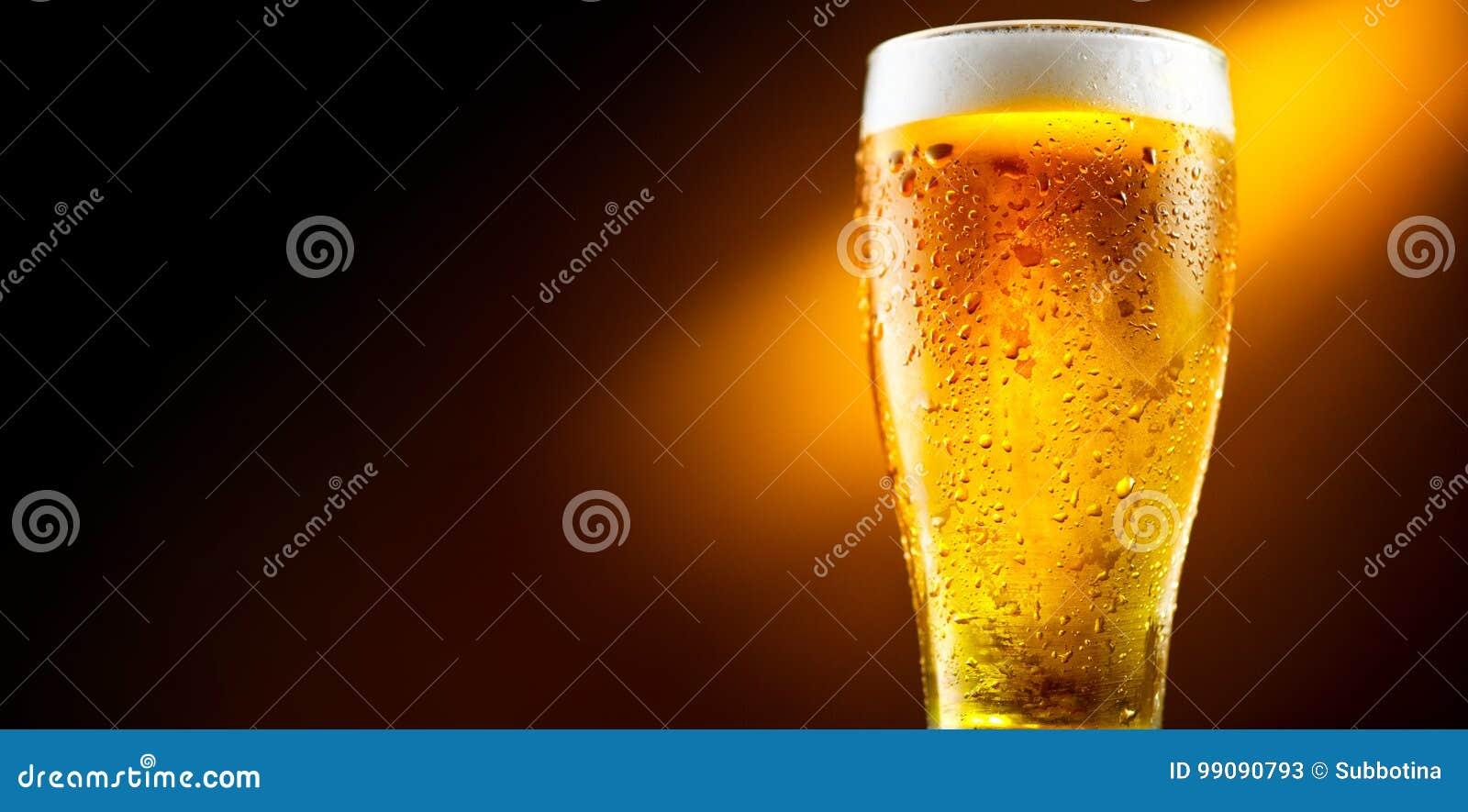 Cerveja Vidro da cerveja fria com gotas da água Cerveja do ofício