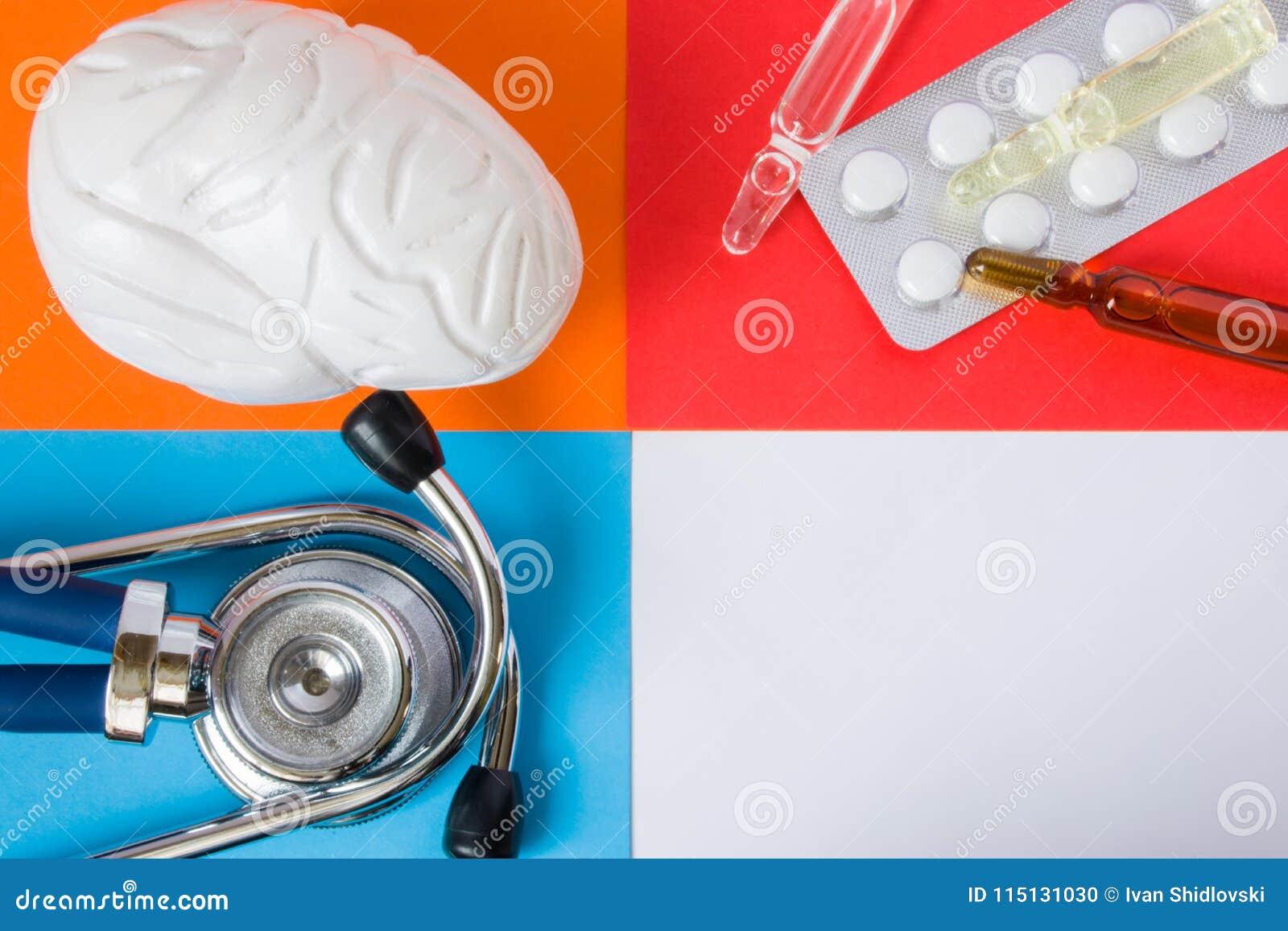 Cervello di sanità o medico di progetto di concetto dell foto-organo, stetoscopio dello strumento e pillole mediche diagnostiche