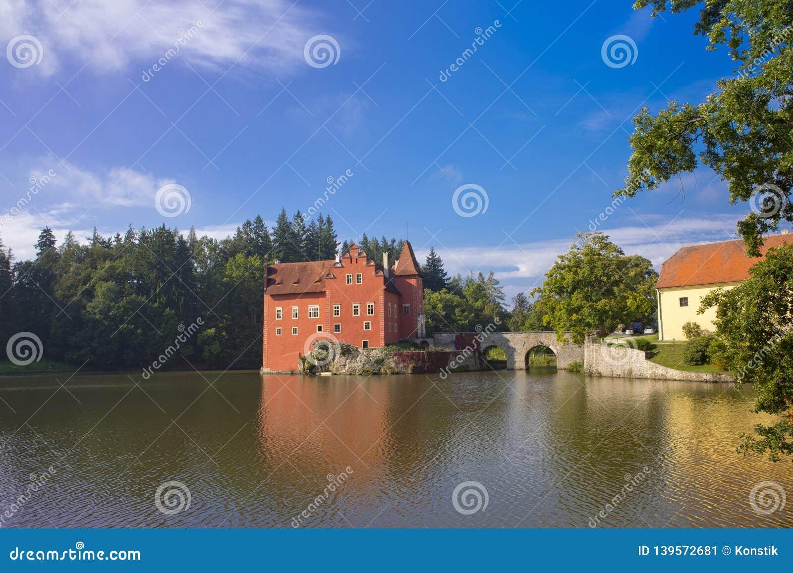 Cervena Lhota взгляд городка республики cesky чехословакского krumlov средневековый старый Замок на озере