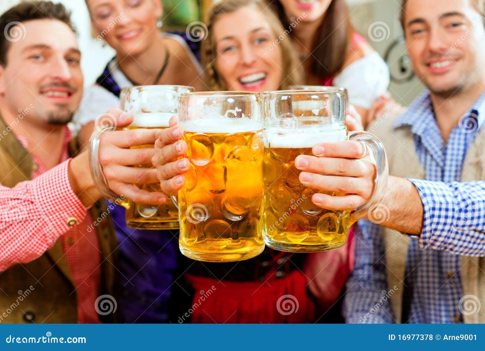 Cerveza de consumición de la gente en pub bávaro