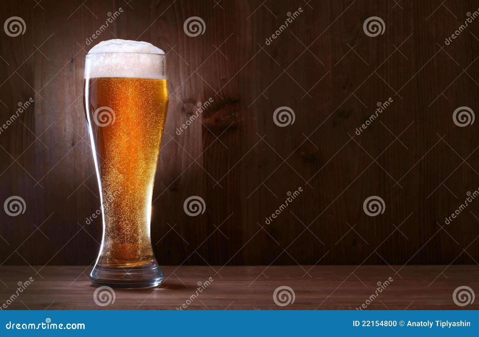 Cerveza de cristal en el fondo de madera