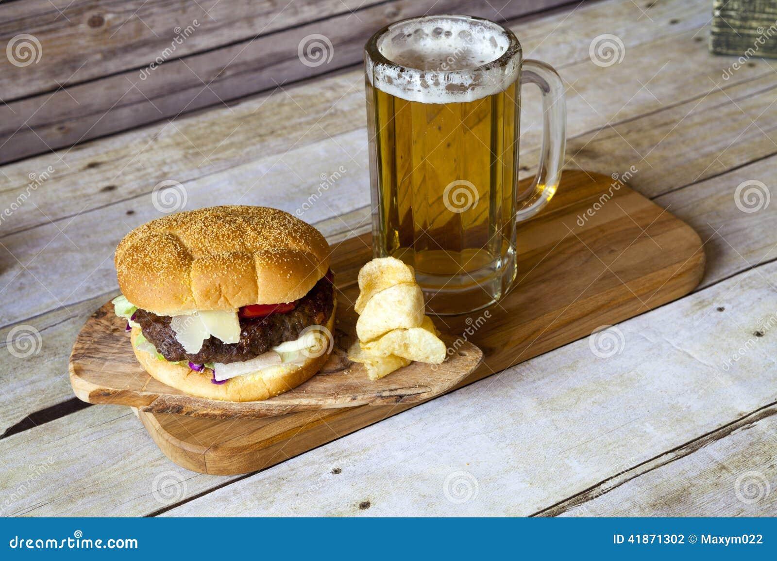 Cerveza del arte con la hamburguesa