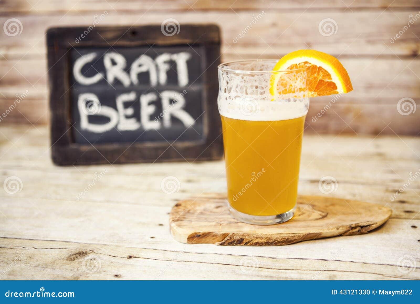 Cerveza del arte con la naranja