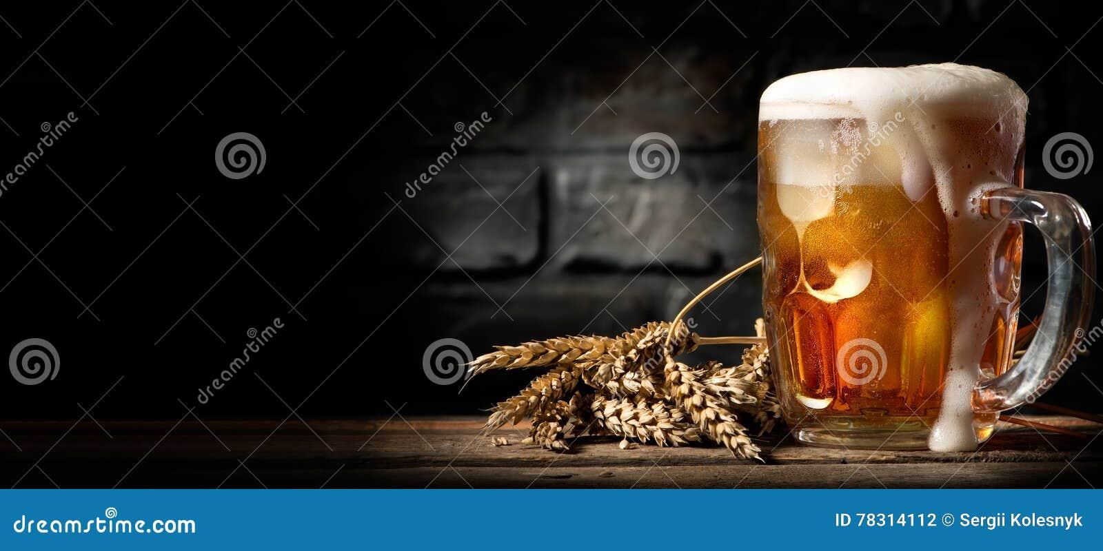 Cerveza en taza en la tabla