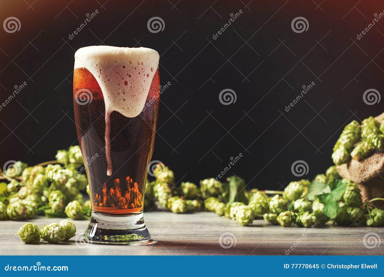 Cerveza espumosa con los saltos