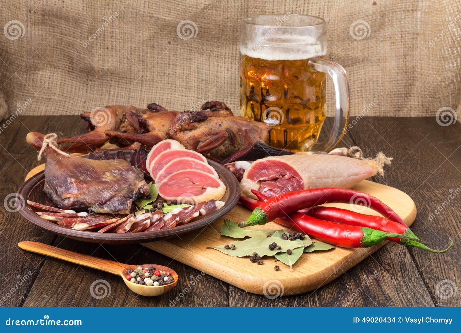 Cerveza secada de la carne fijada con la pimienta roja