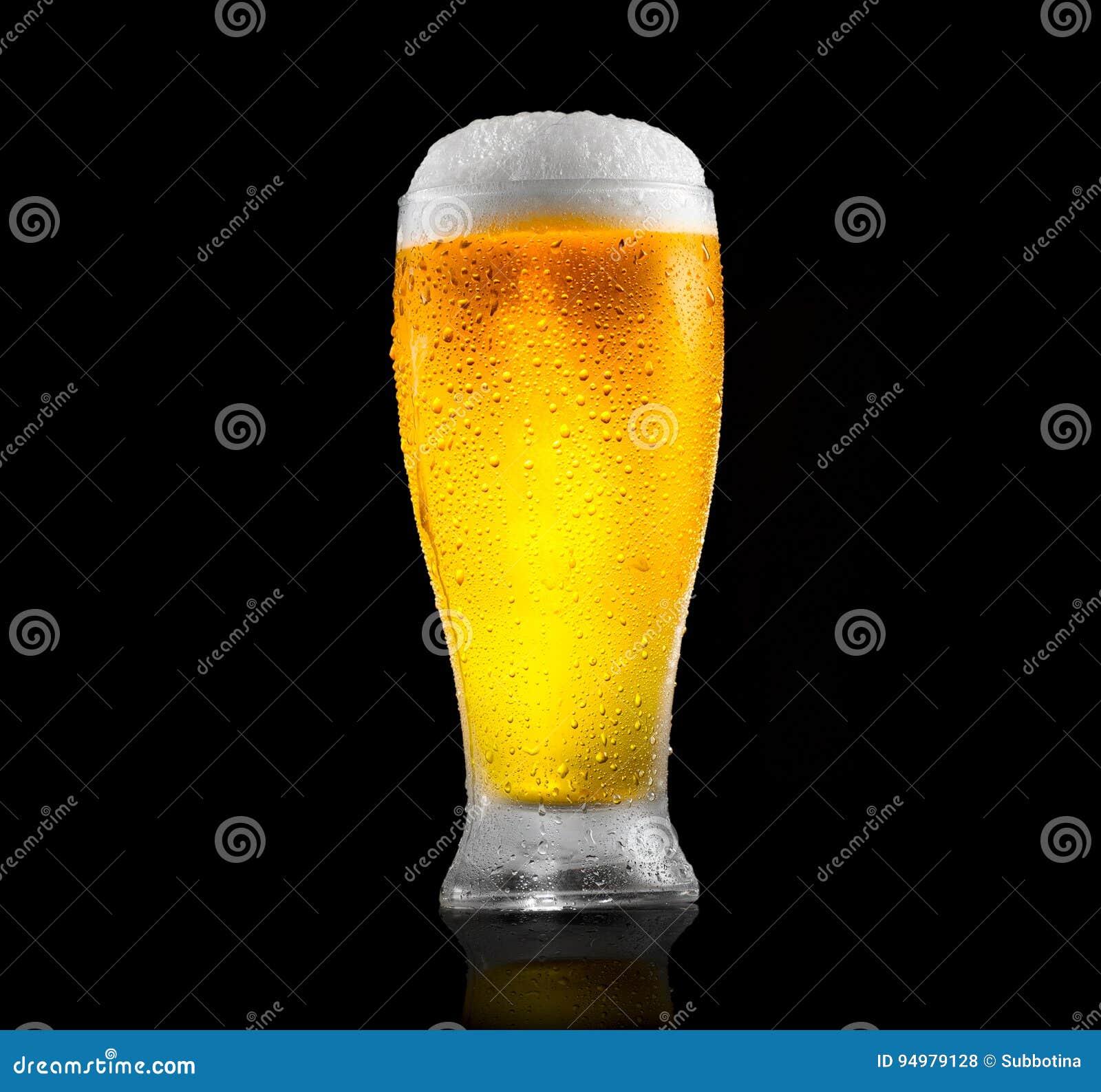 Cerveza Vidrio de cerveza fría con descensos del agua Cerveza del arte aislada en negro