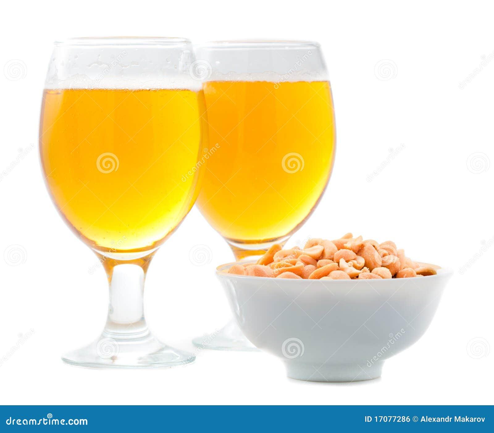 Cerveza y cacahuetes salados
