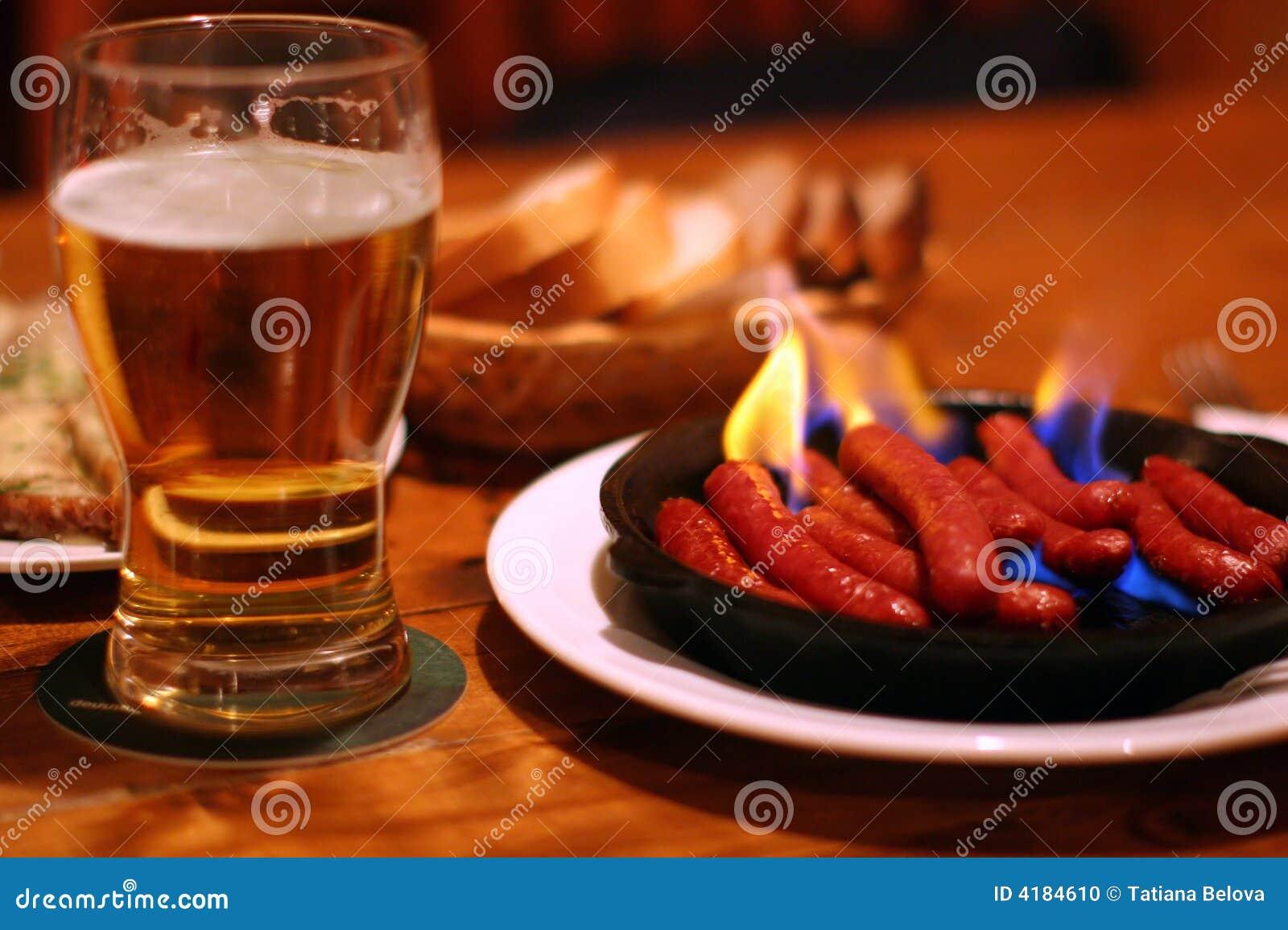 Cerveza y salchichas fritas