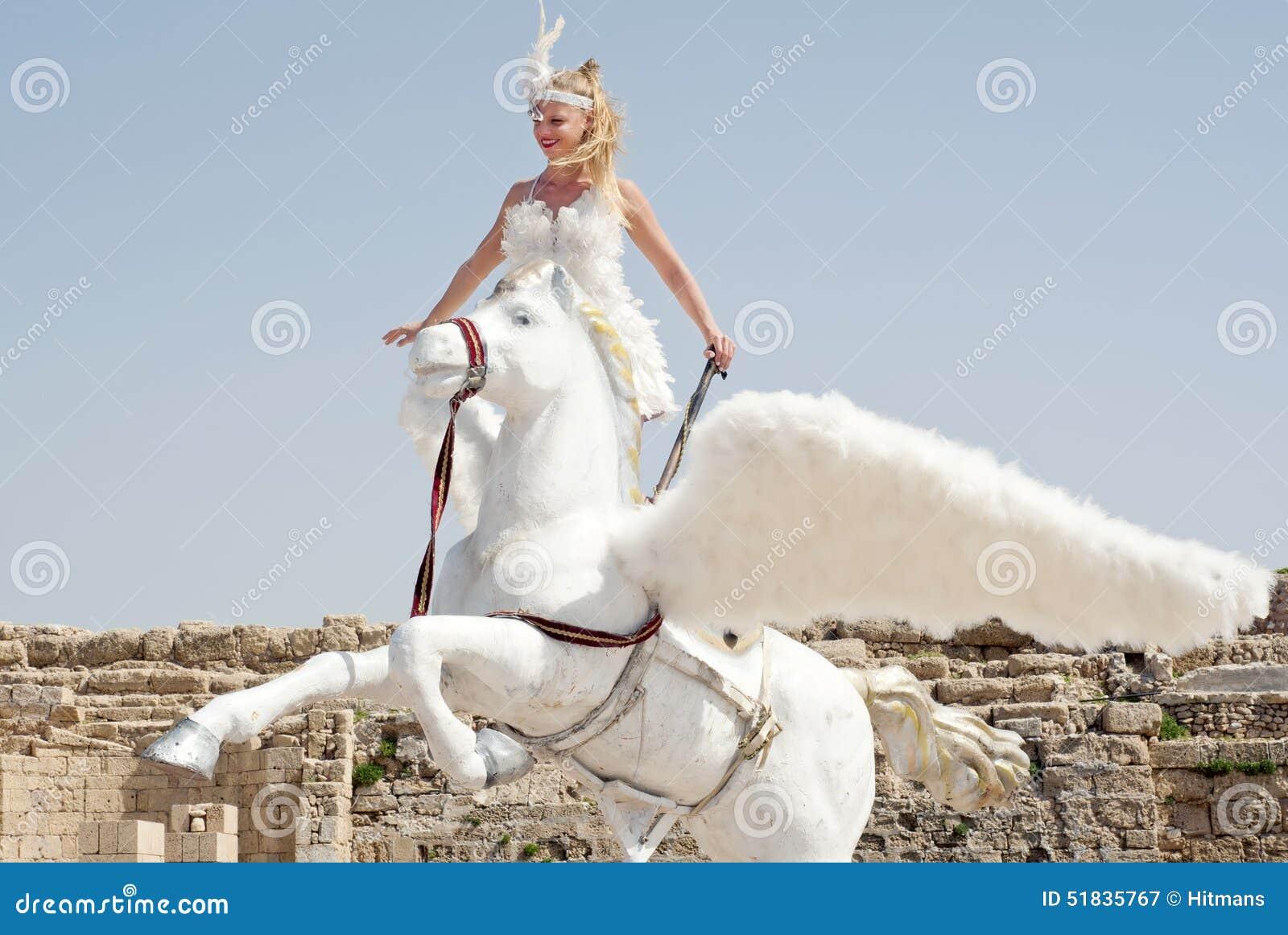 CESAREA - 4 MARZO: Le celebrazioni di Purim sfoggiano, ragazza su un cavallo in Ceasearea, Israele il 4 marzo 2015