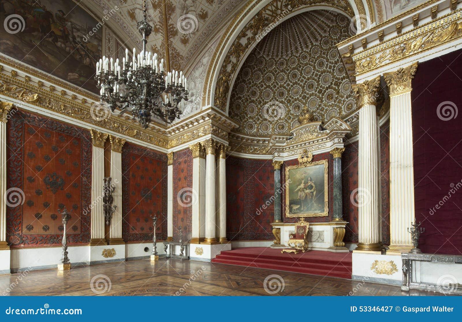 Cesarski pałac i tron w świętym Petersburg z złocistymi ścianami