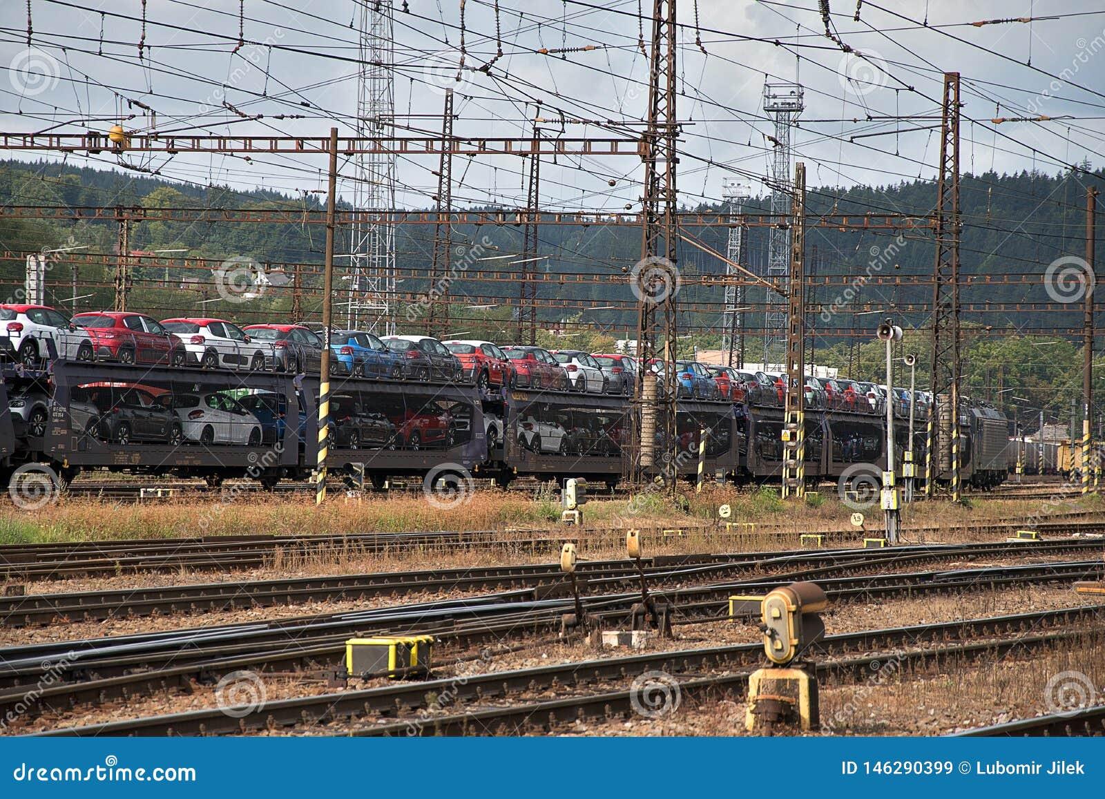 Ceska Trebova, R?publique Tch?que - 20 4 2019 : Chariots de train pour transporter des voitures Jonction ferroviaire et gare ferr