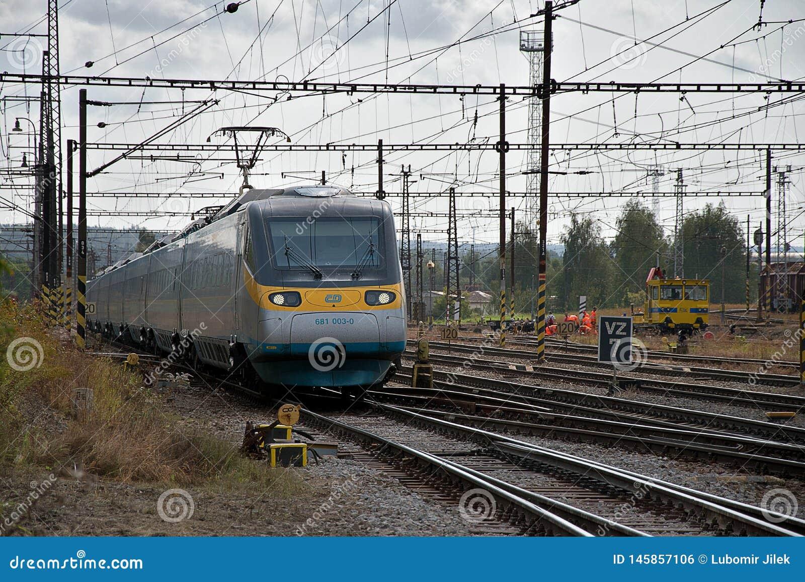 Ceska Trebova, R?publique Tch?que, 8 9 2017 : Le train de voyageurs Jonction ferroviaire et gare ferroviaire Ceska Trebova, chemi