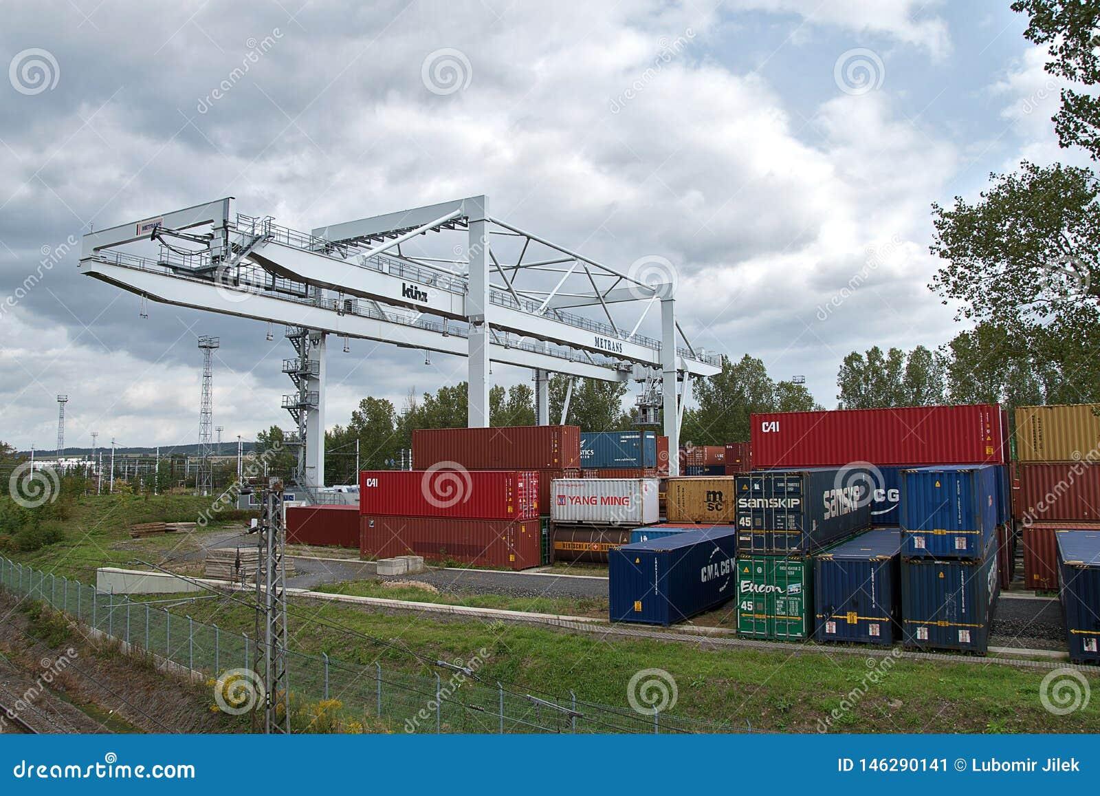 Ceska Trebova, Tschechische Republik - 20 4 2019: Containerzugterminalfirma METRANS Kr?ne f?r ladende Beh?lter Gleis