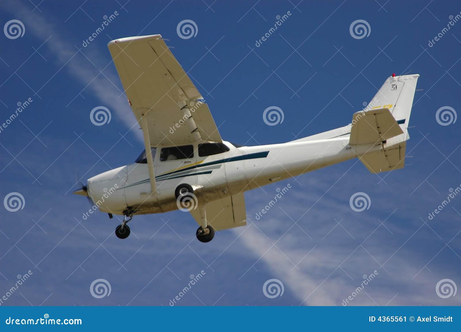 Cessna 172S en acercamiento final