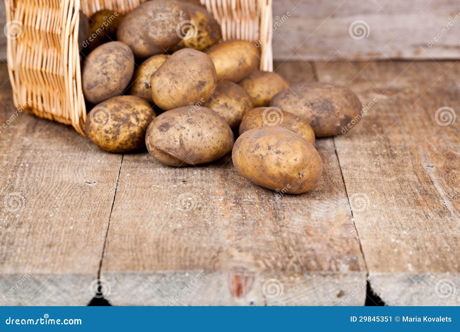 Cesta com batatas frescas